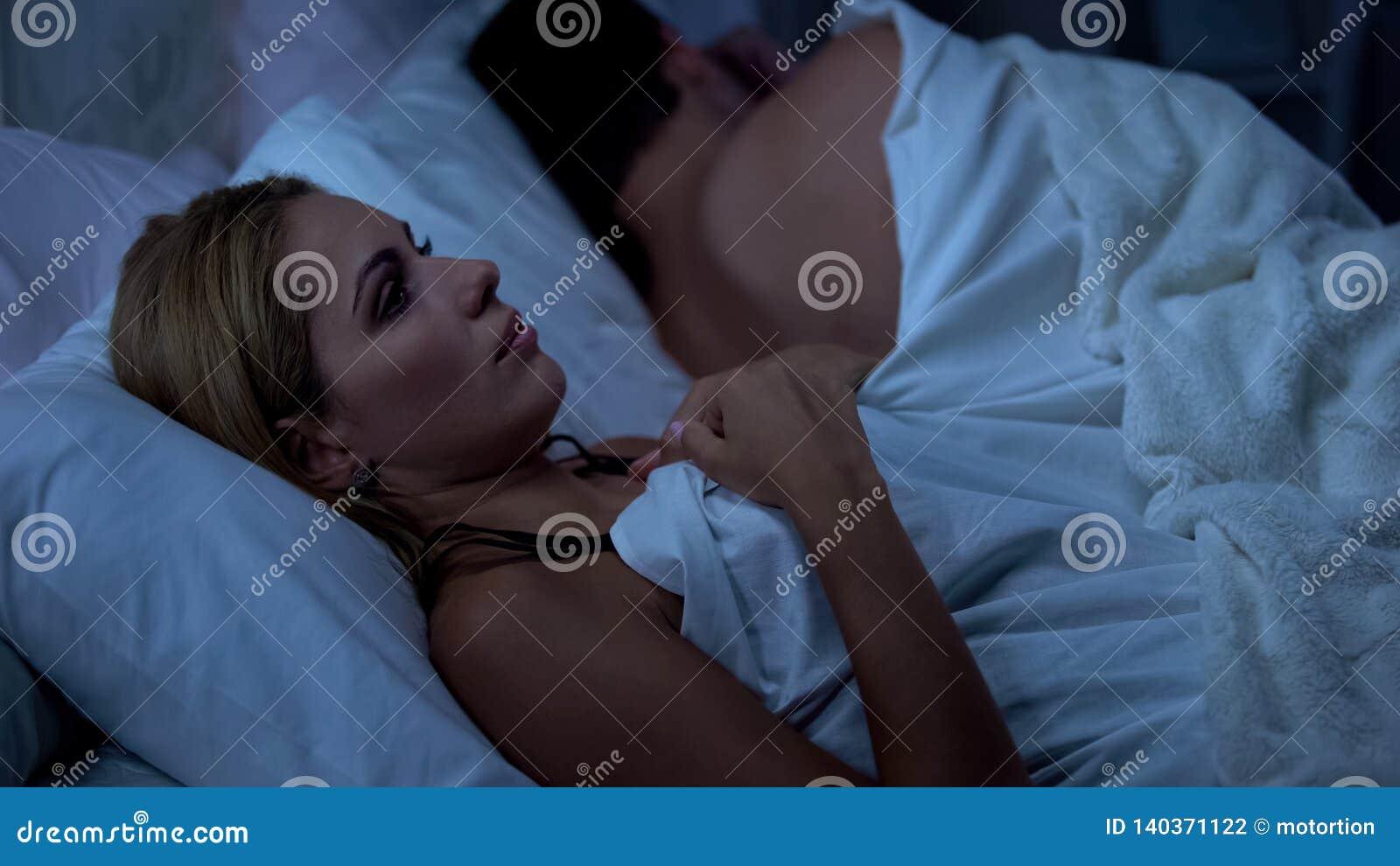 Peinzende vrouw die over scheiding bij nacht, echtgenootslaap, verkeerde besluiten denken