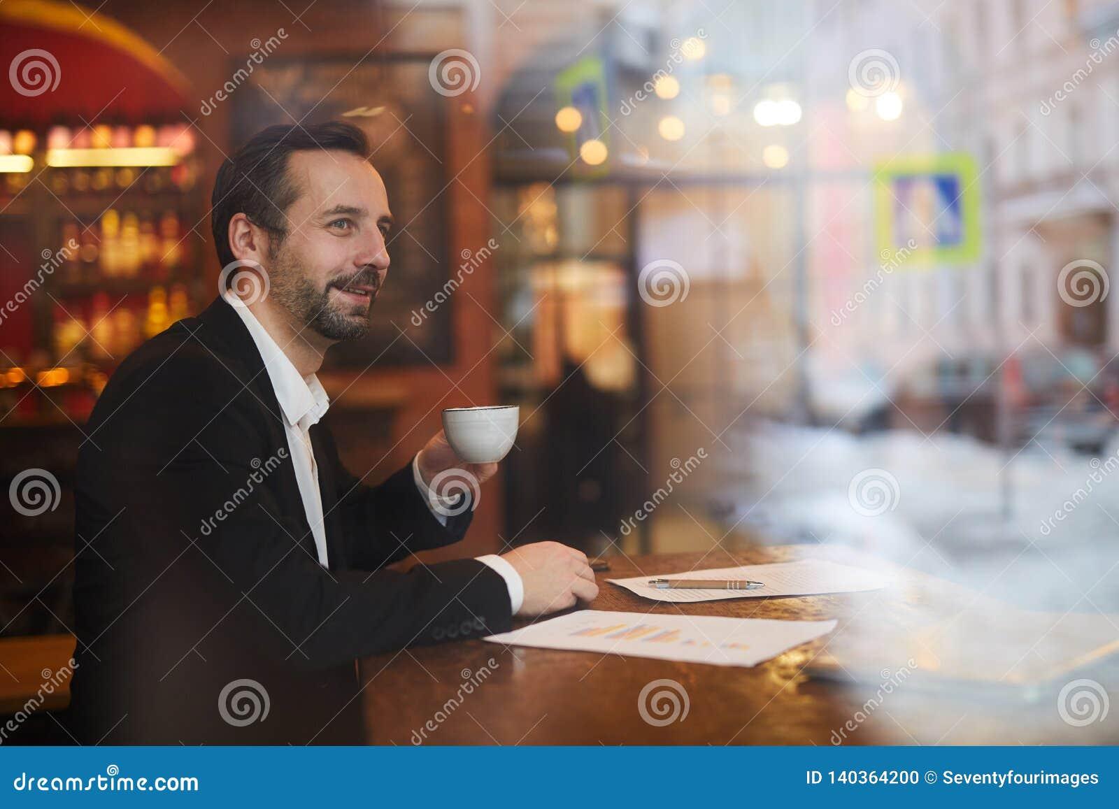 Peinzende zakenman in koffie