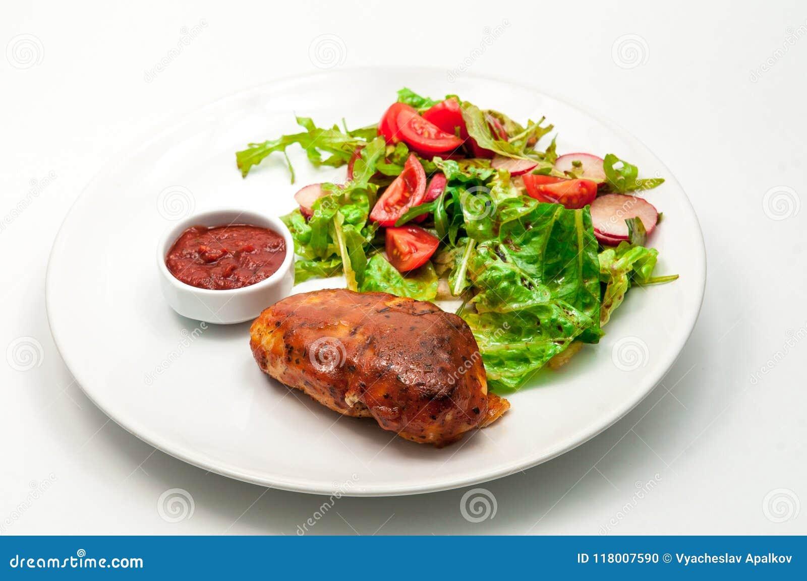 Peito de frango grelhado com salada do legume fresco