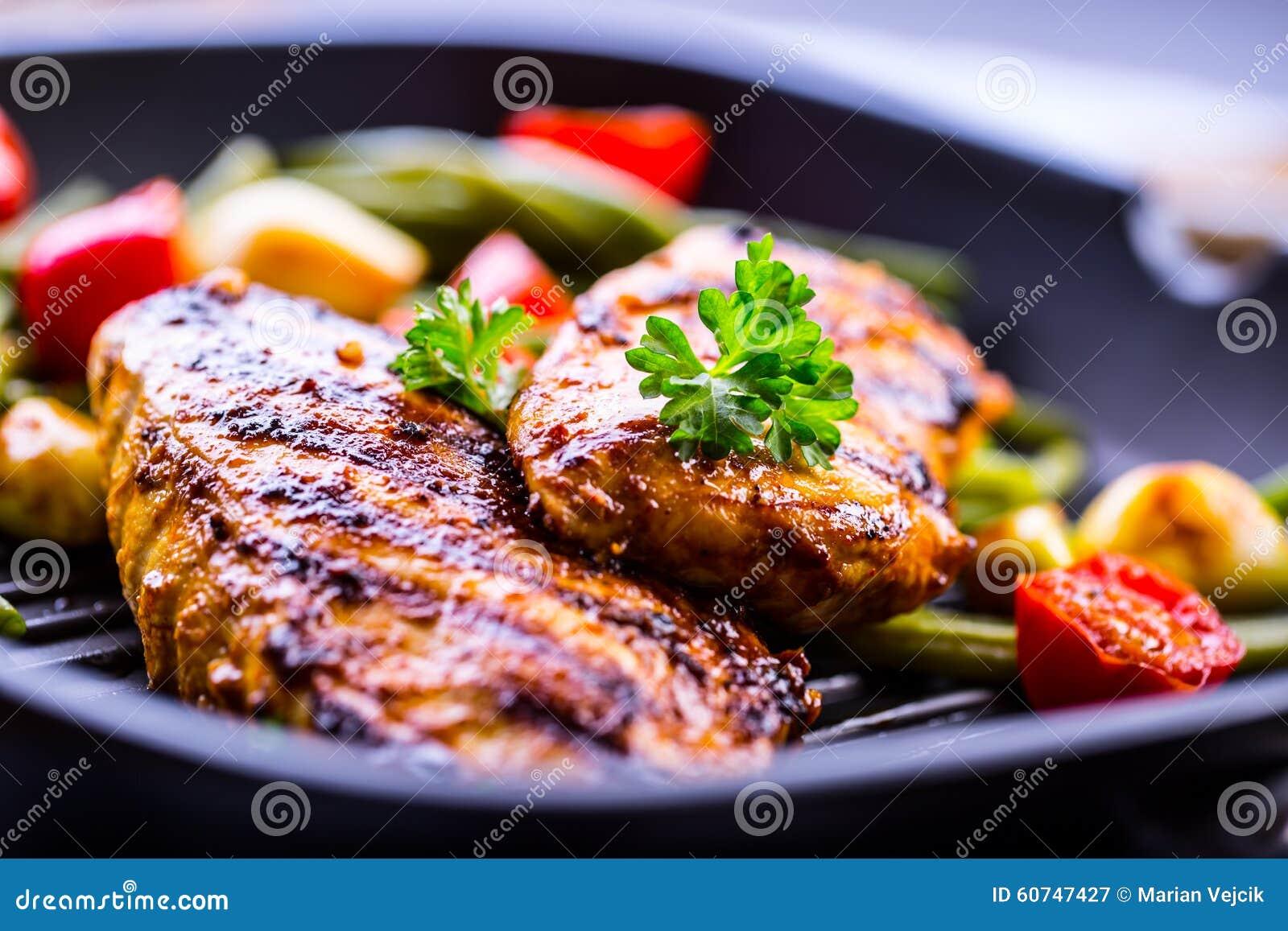 Peito de frango grelhado em variações diferentes com tomat da cereja