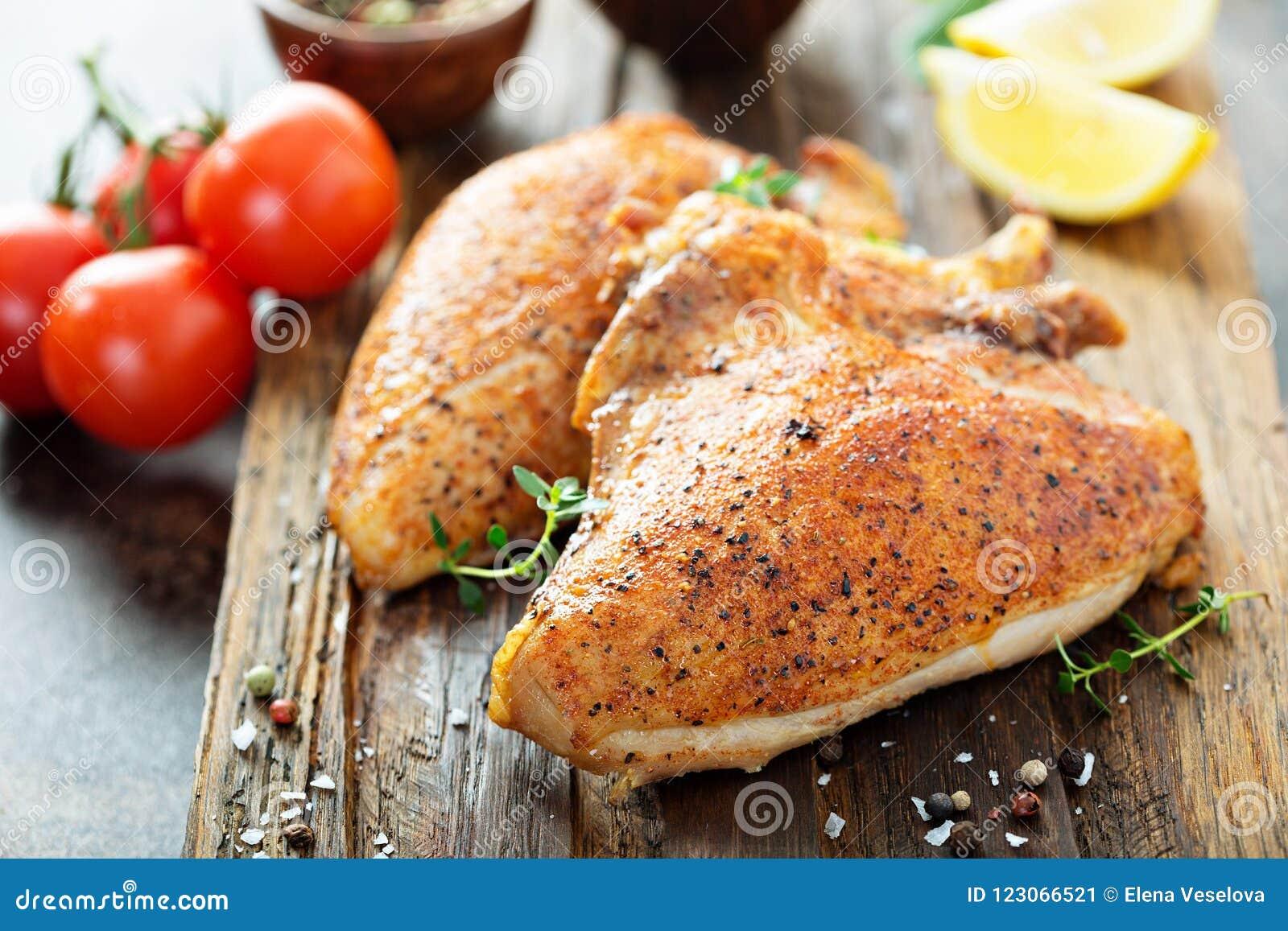 Peito de frango grelhado ou fumado com osso e pele
