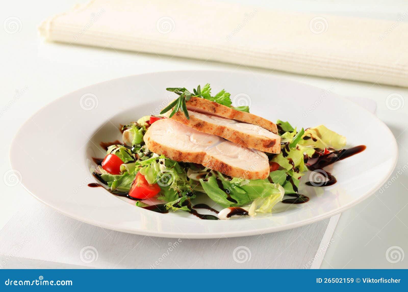 Peito de galinha com salada verde