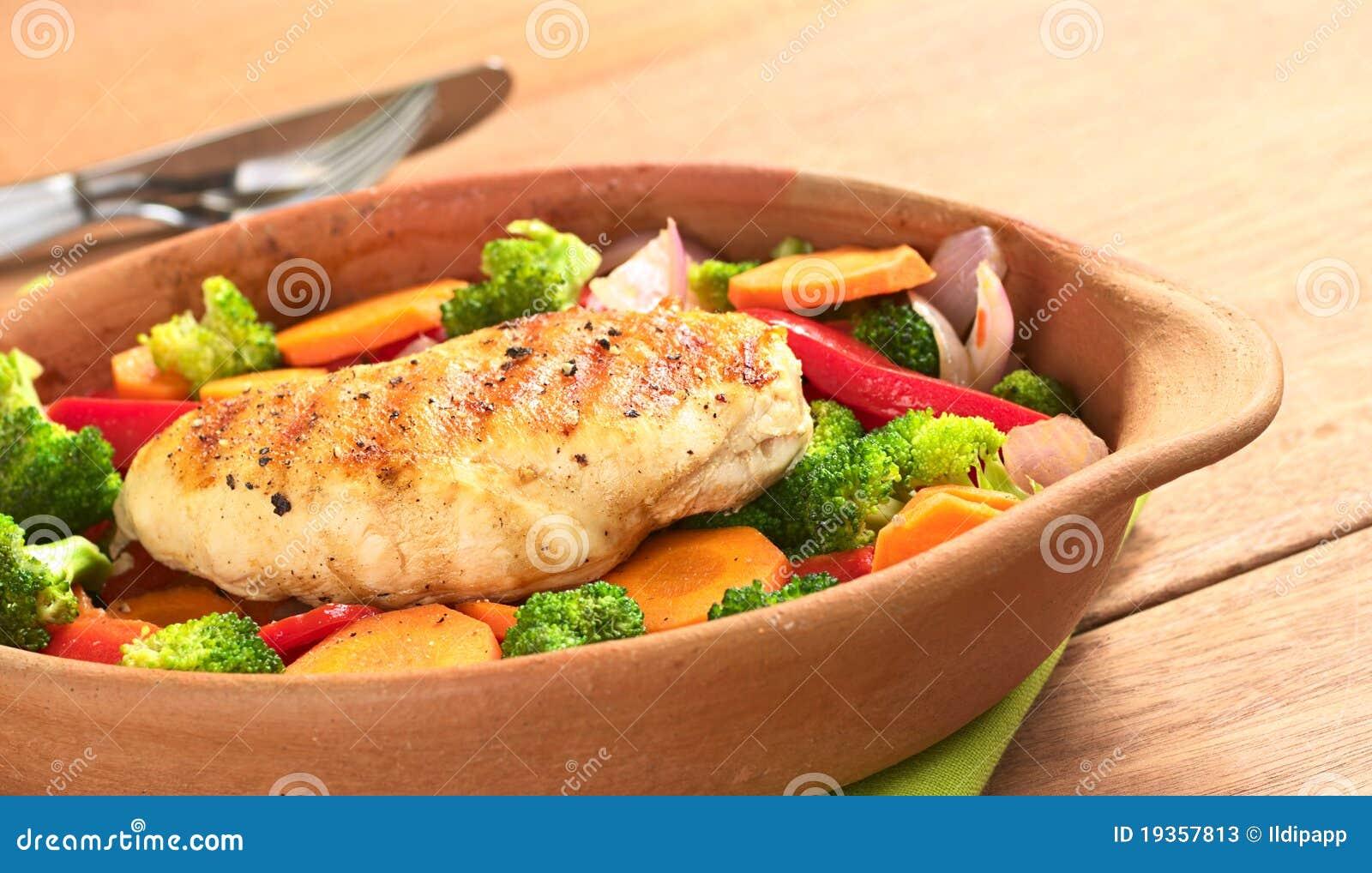 Peito de galinha fritada com vegetais