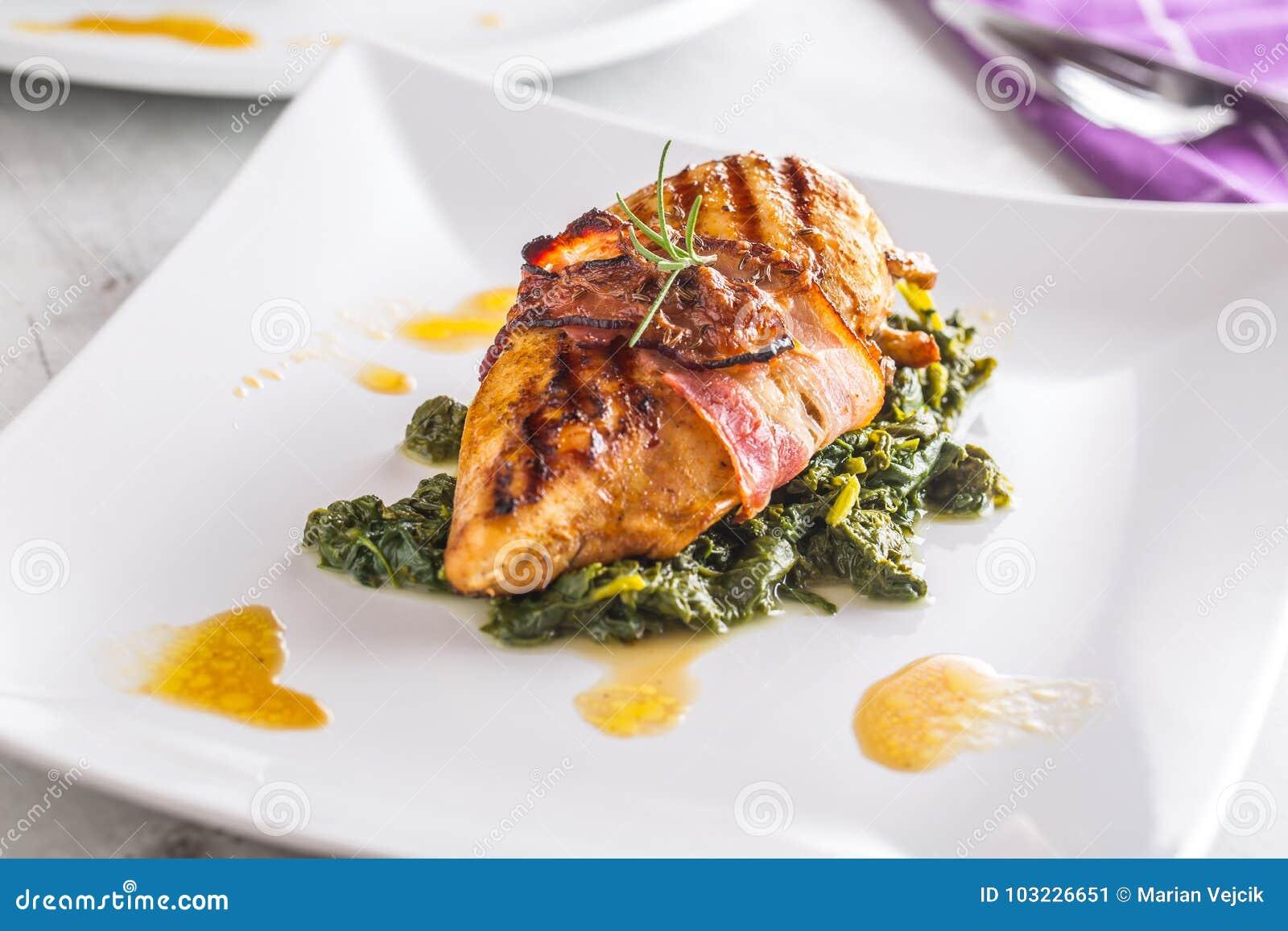 Peito roasted galinha do peito da grade da galinha com bacon e rotação