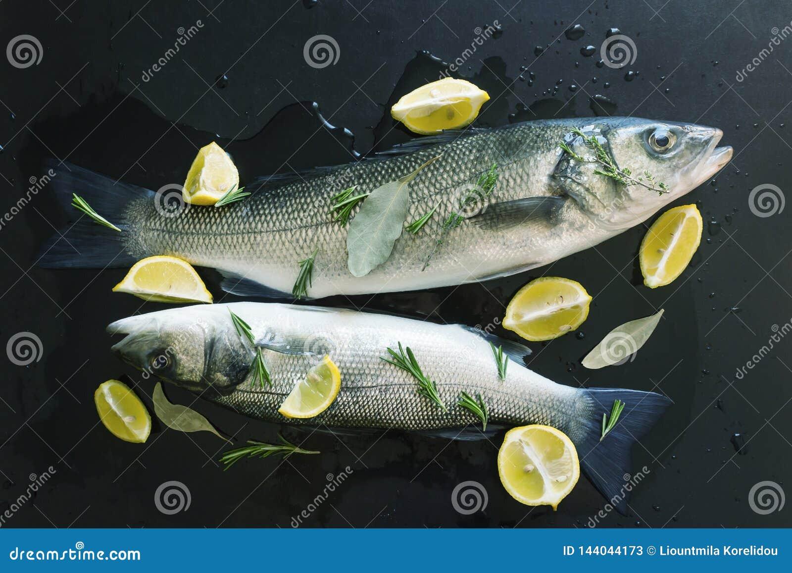Peixes crus frescos preparados cozendo Posto de conserva nas especiarias e enchido com fatias de limão suculento e ramos dos alec