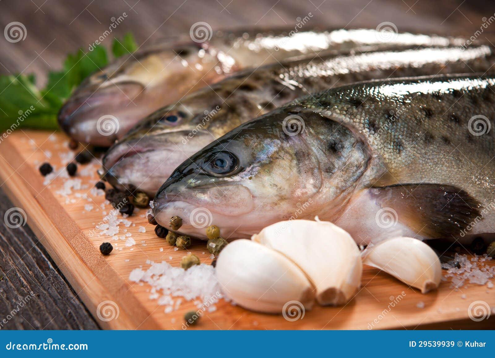 Peixes crus (truta marrom)