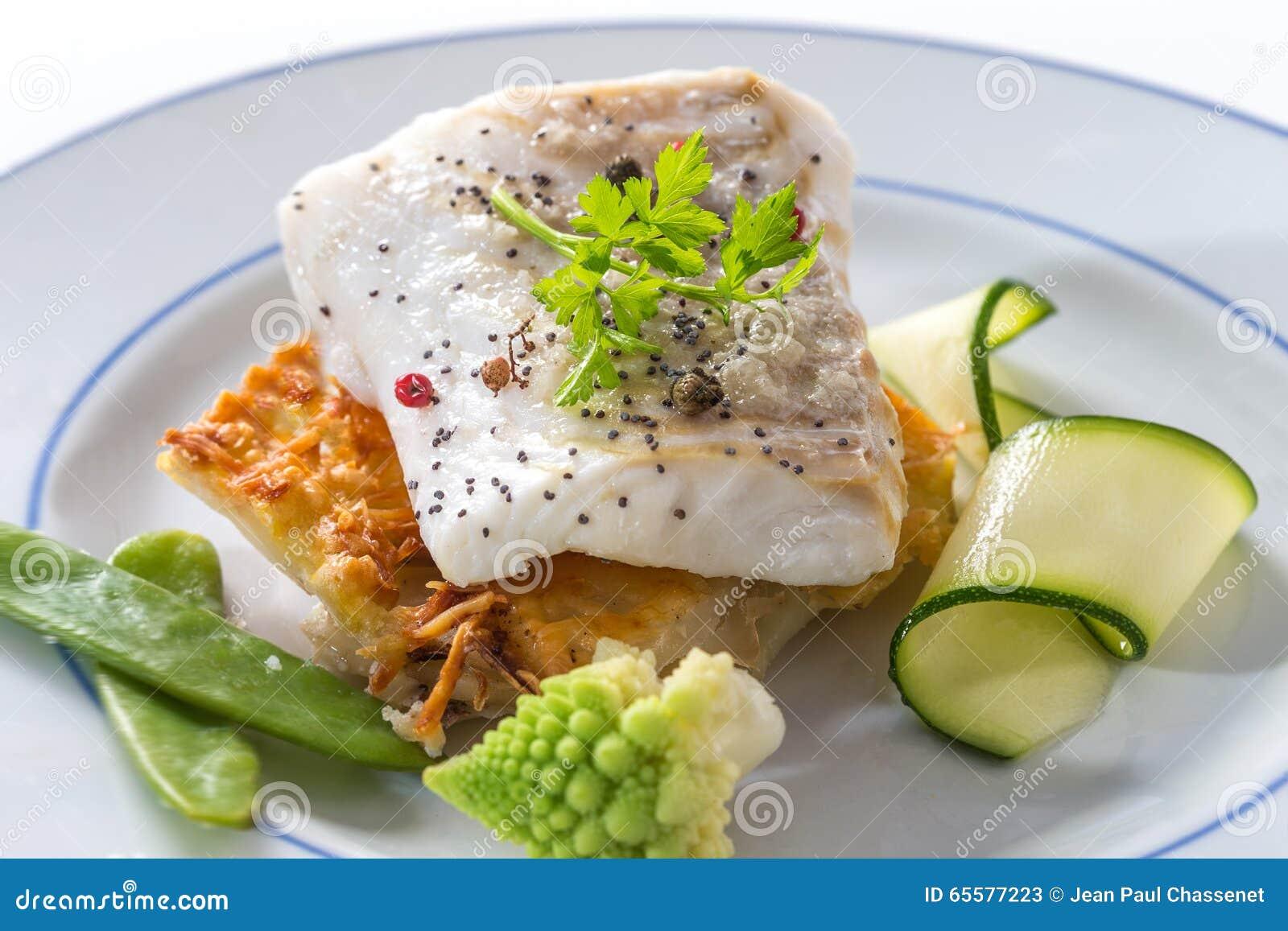Peixes de bacalhau atlântico cozinhados com especiarias e vegetal