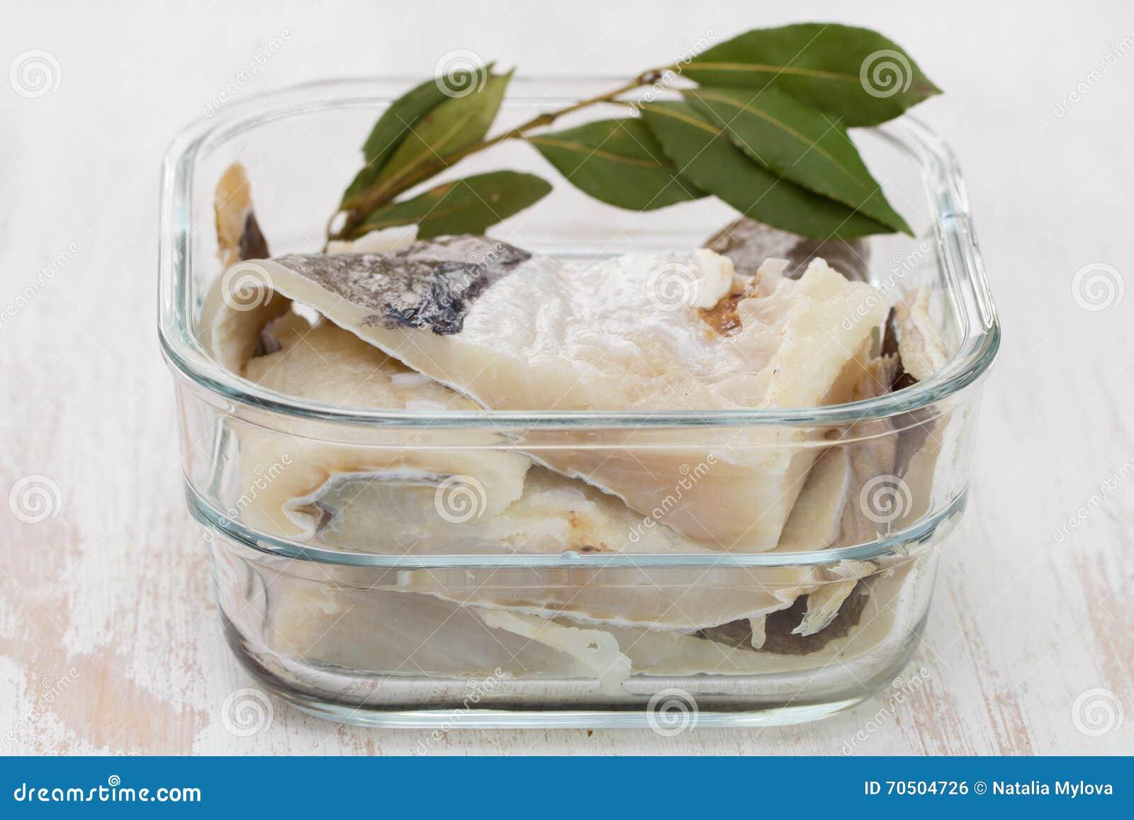 Peixes de bacalhau salgados na água