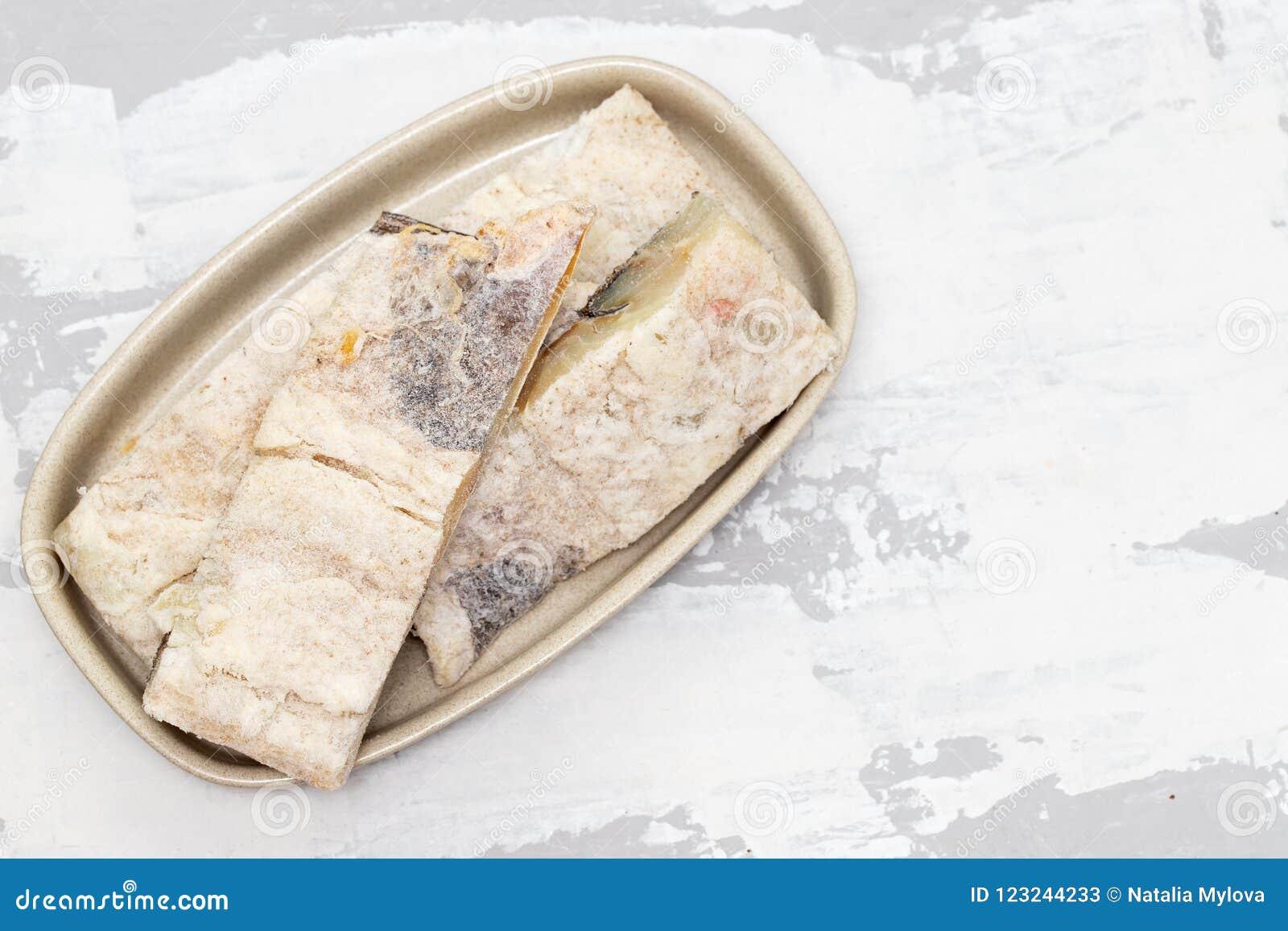 Peixes de bacalhau secos salgados no prato