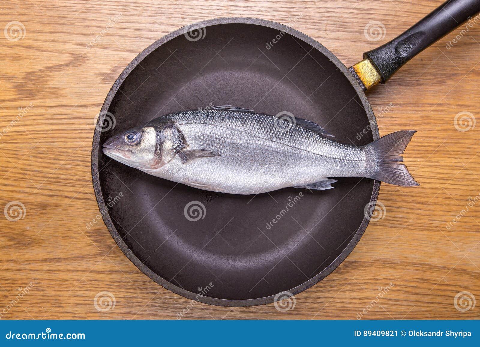Peixes em uma frigideira, alimento saudável do badejo Vista superior