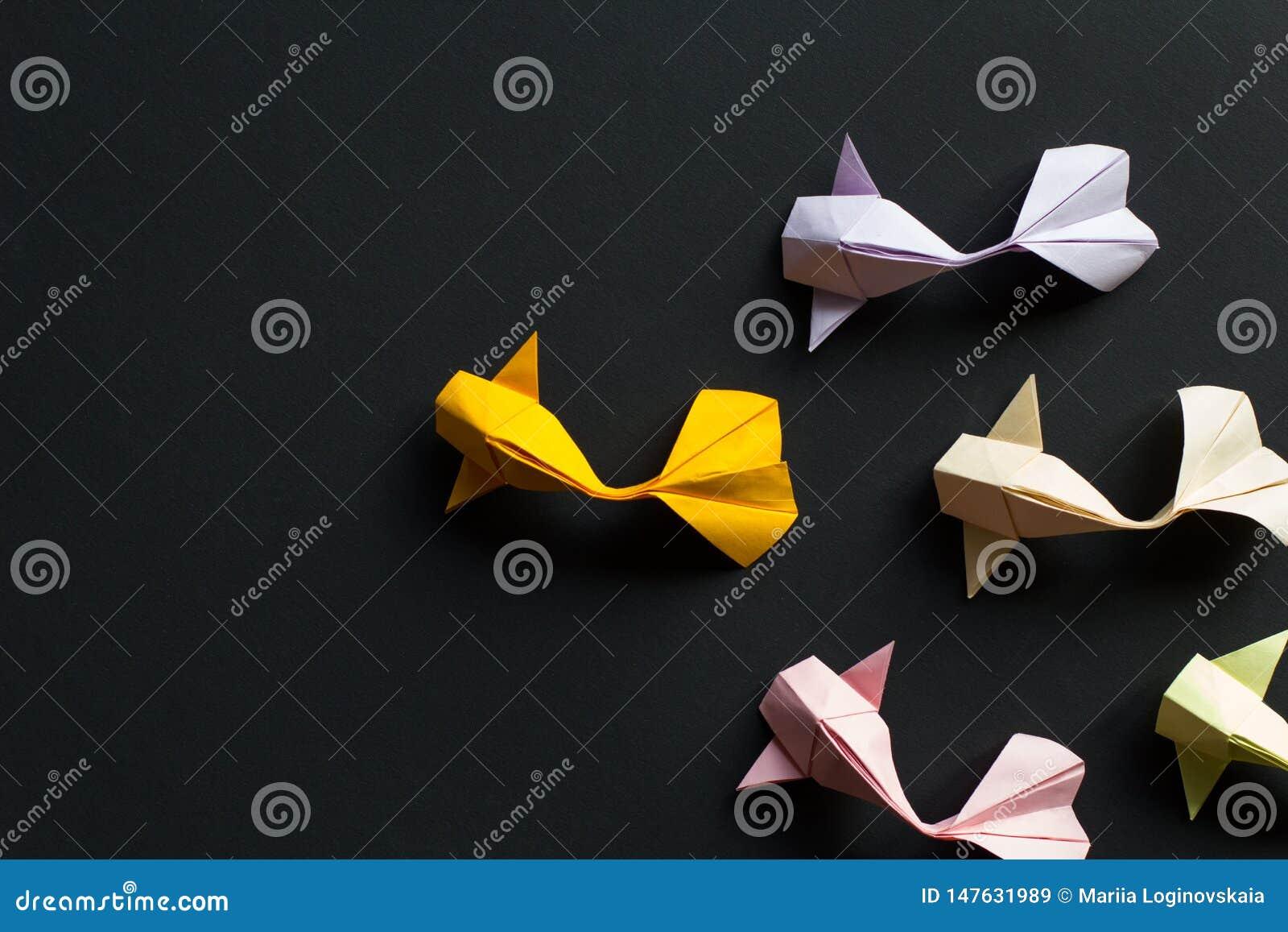 Peixes feitos a mão da carpa do koi do ouro do origâmi do ofício de papel no fundo preto Vista superior, teste padr?o
