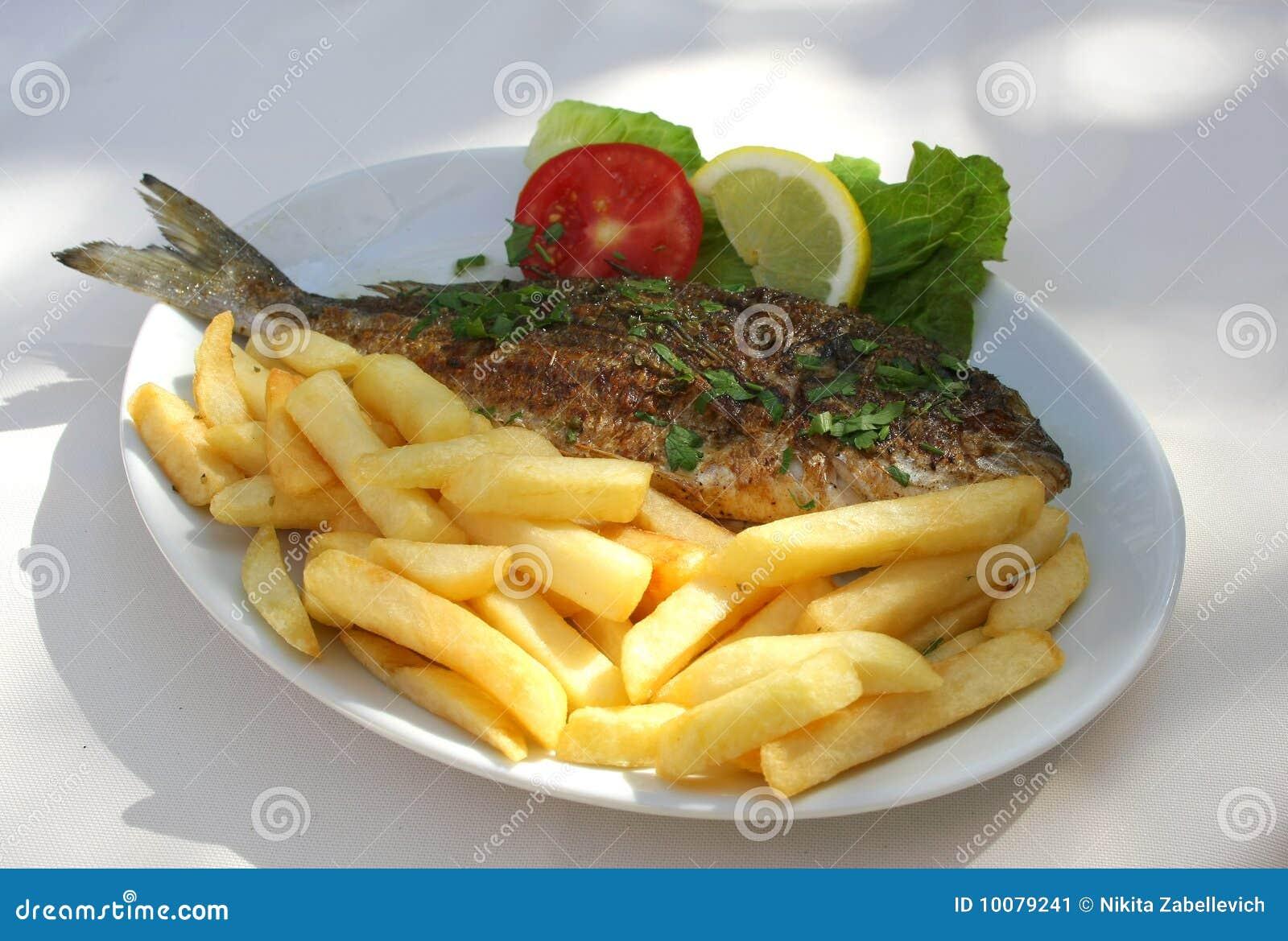 Peixes grelhados na placa