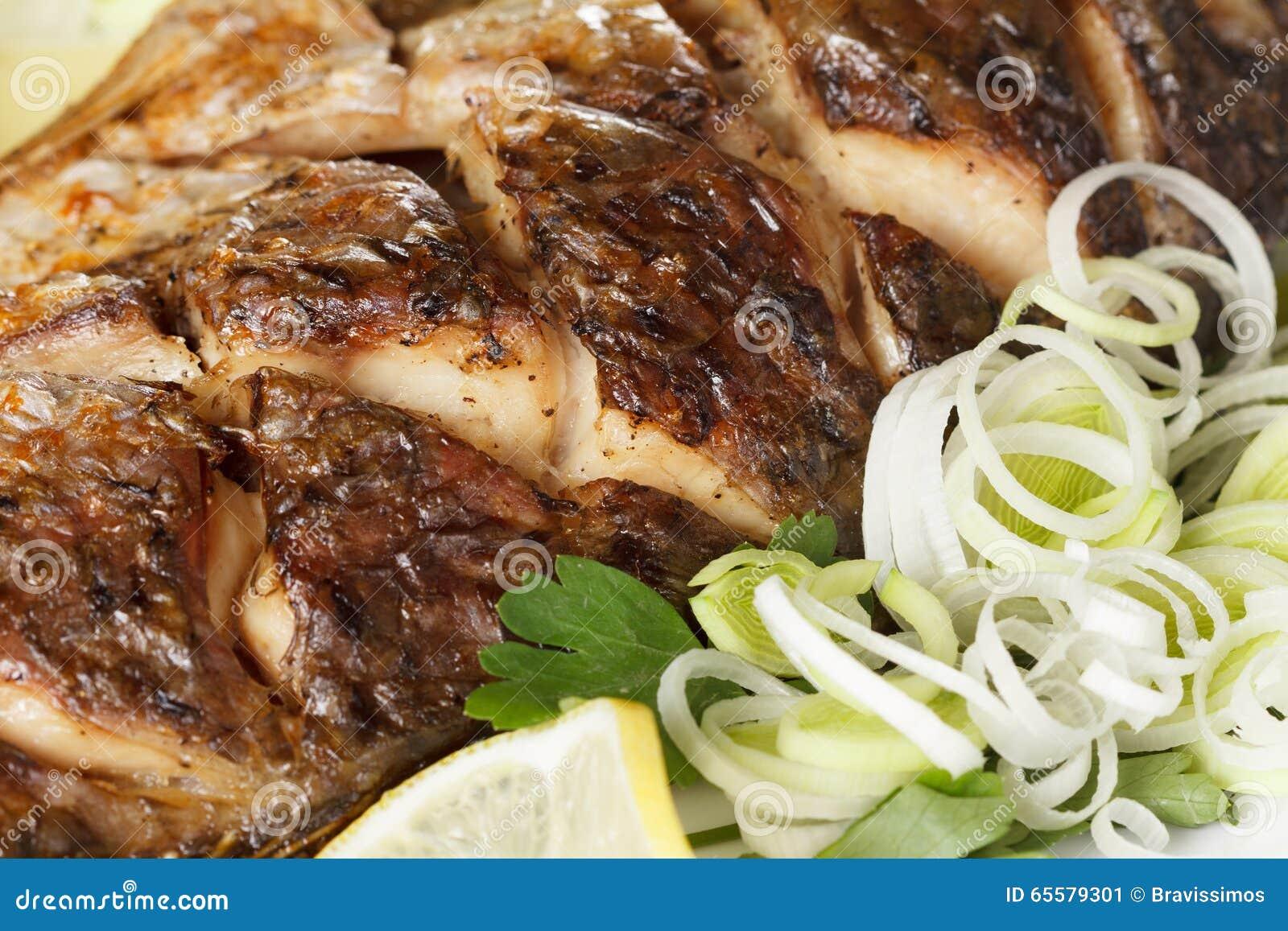 Peixes Roasted da carpa com vegetais inteiramente Menu tradicional do Natal