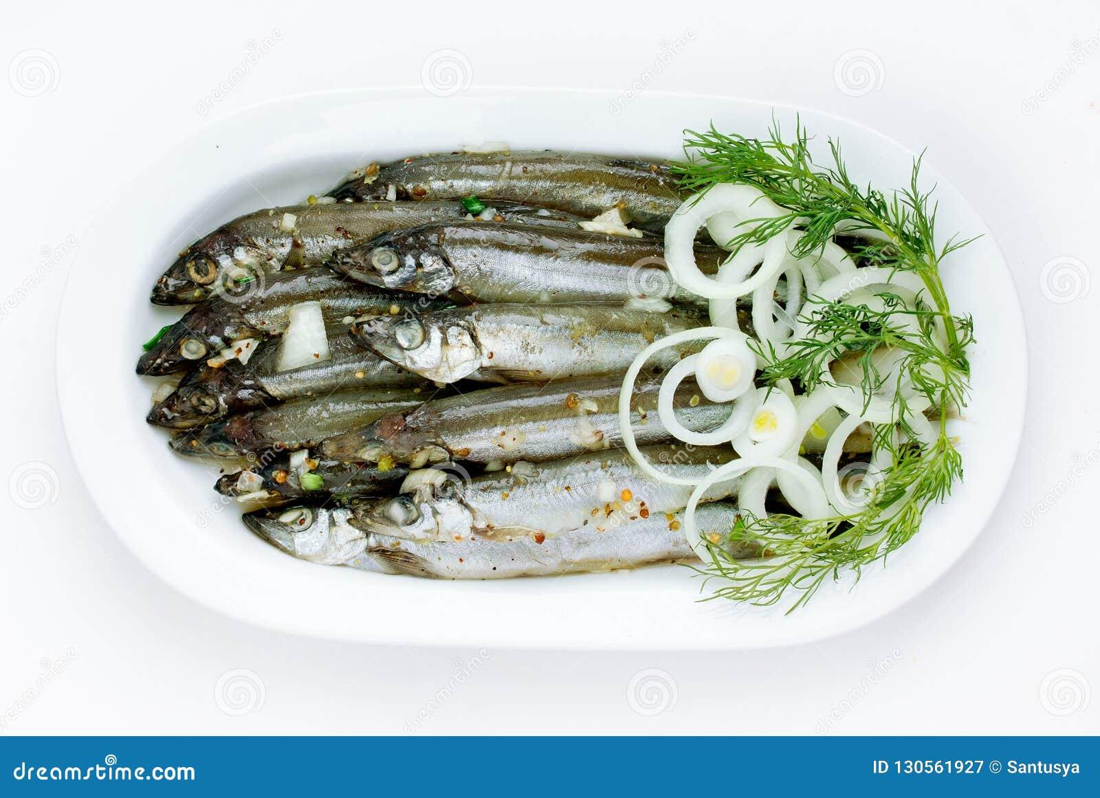 Peixes salgados na placa branca isolada no fundo branco