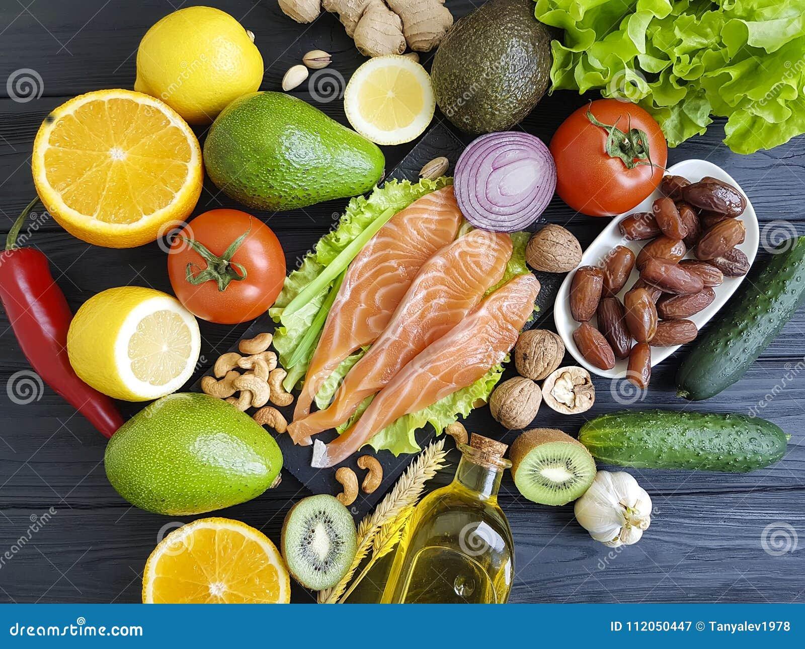 Peixes salmon, dietético verde cru orgânico do abacate em um alimento saudável de madeira classificado