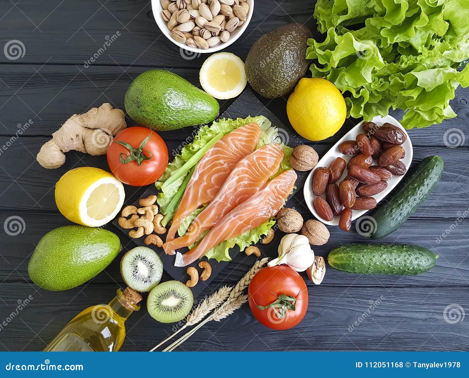 Peixes salmon, dietético verde orgânico do abacate em um alimento saudável de madeira classificado
