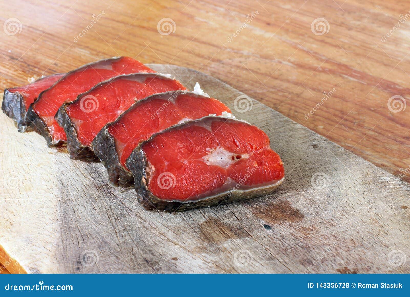 Peixes vermelhos Peixes vermelhos cortados em uma placa de corte