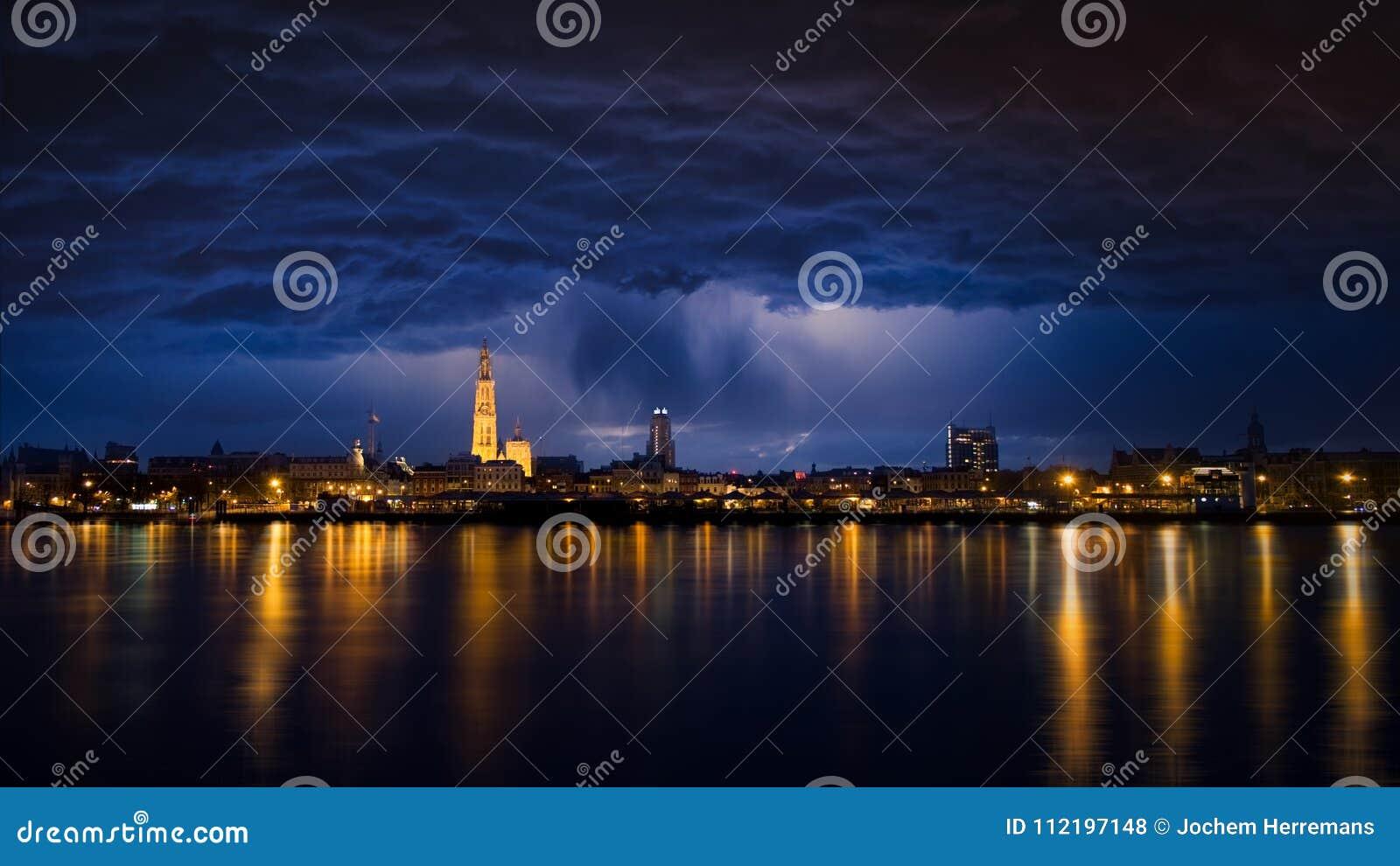 Pejzaż miejski Antwerp Światła odbijają na rzecznym Scheldt
