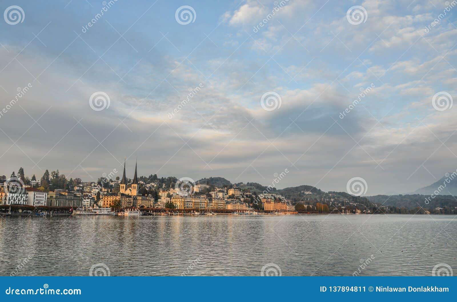 Pejzaż miejski lucerna wzdłuż Jeziornej lucerny