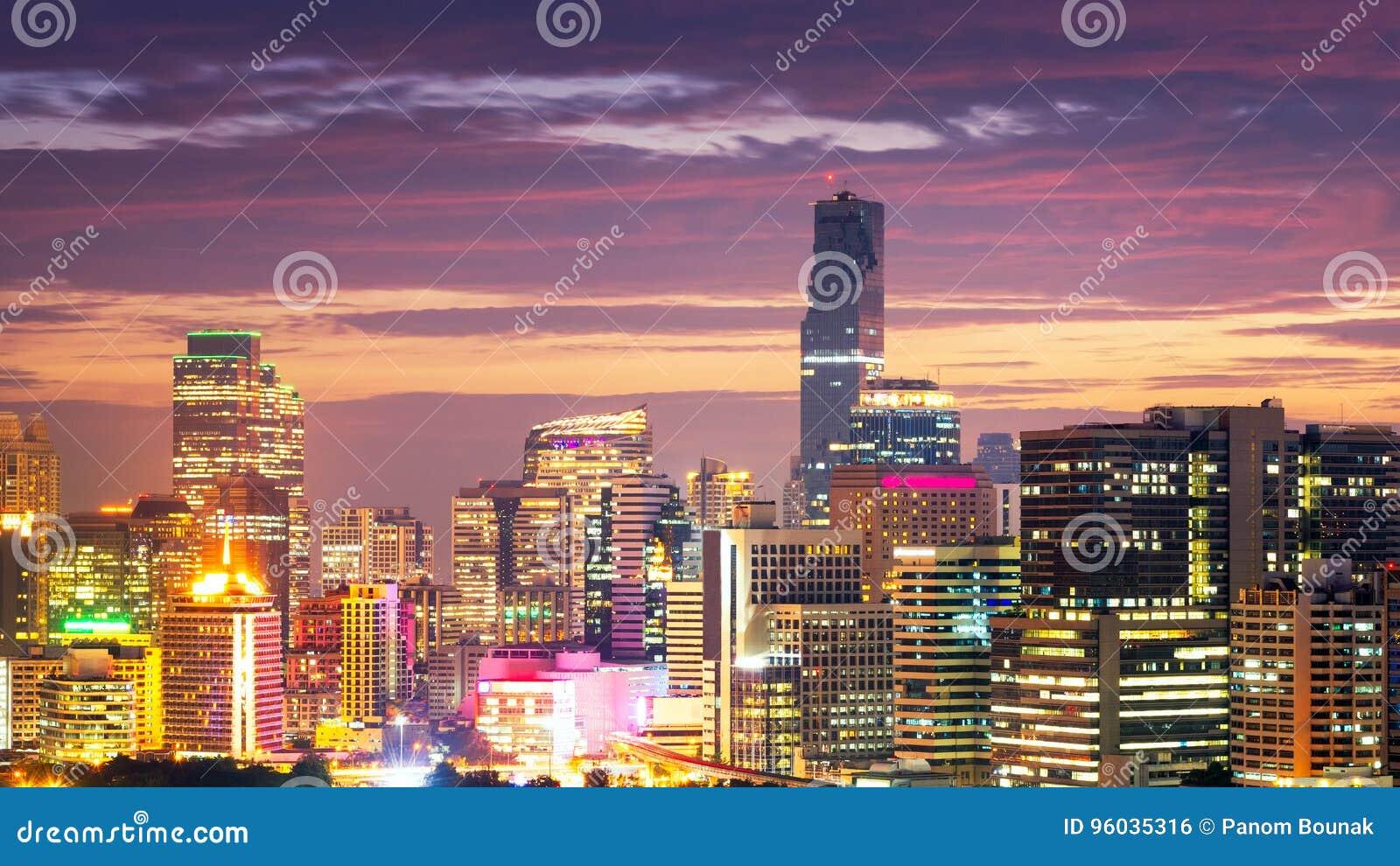 Pejzażu miejskiego widok nowożytny biurowy biznesowy budynek
