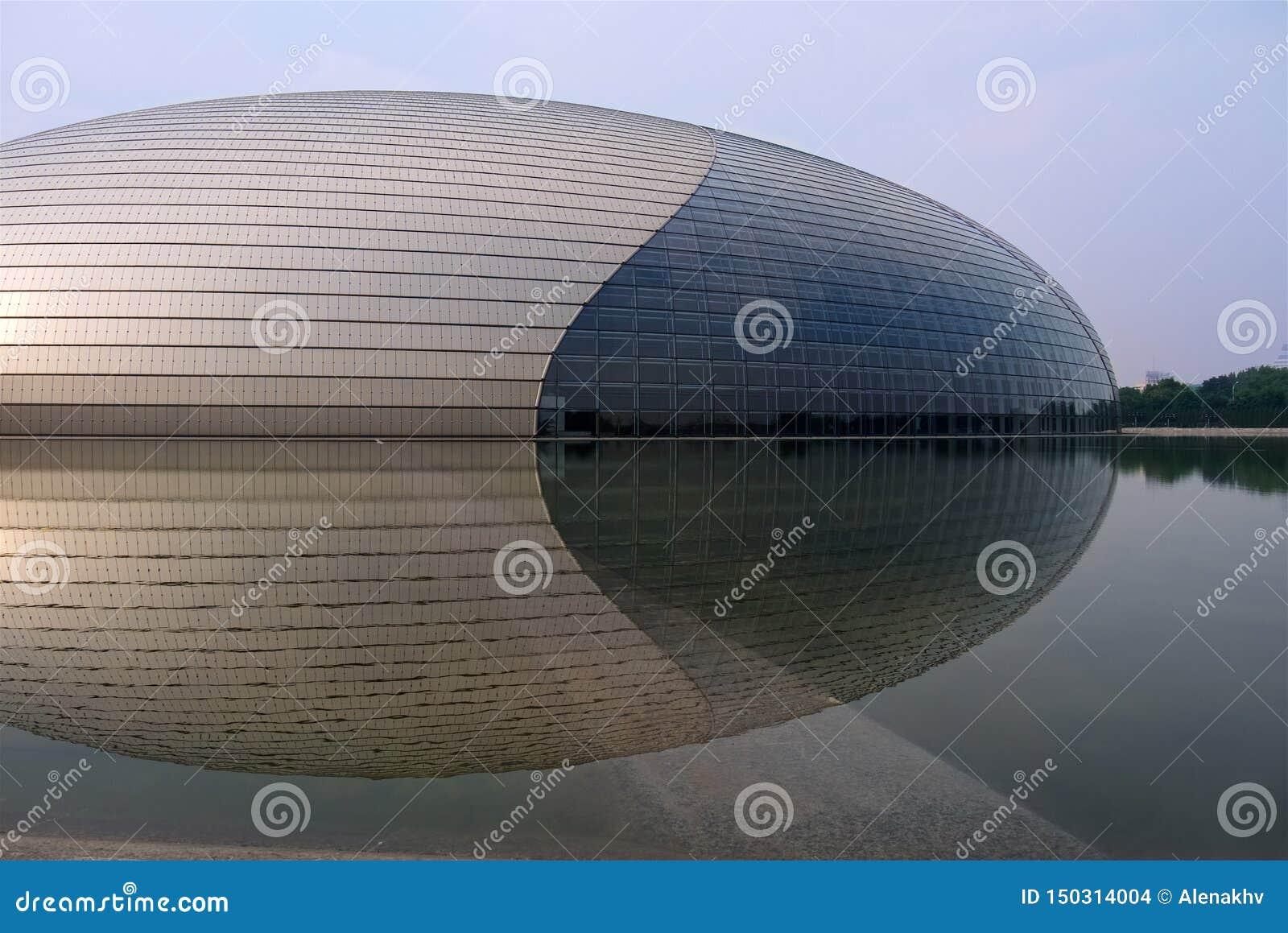 Pekín, China - 17 de agosto de 2011: El edificio arquitectónico famoso de Pekín y centro nacional de la señal para las artes inte