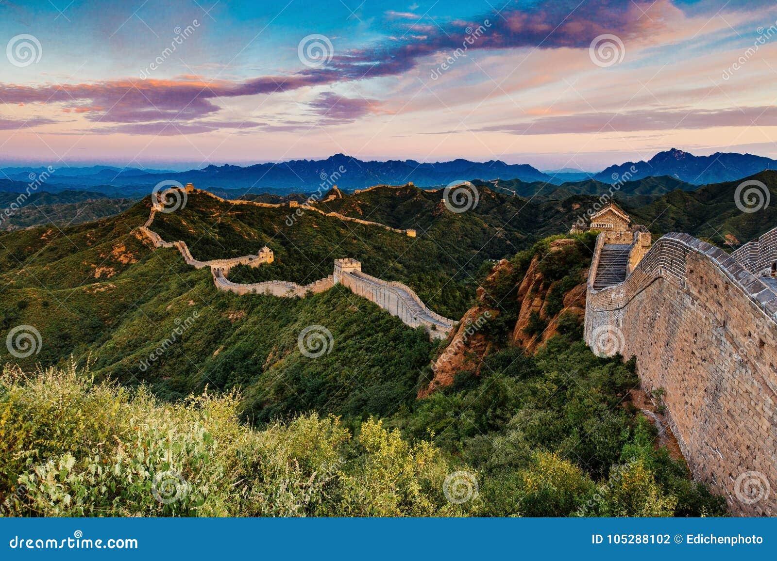 Peking, China - 12 augustus, 2014: Zonsopgang bij de Grote Muur van Jinshanling