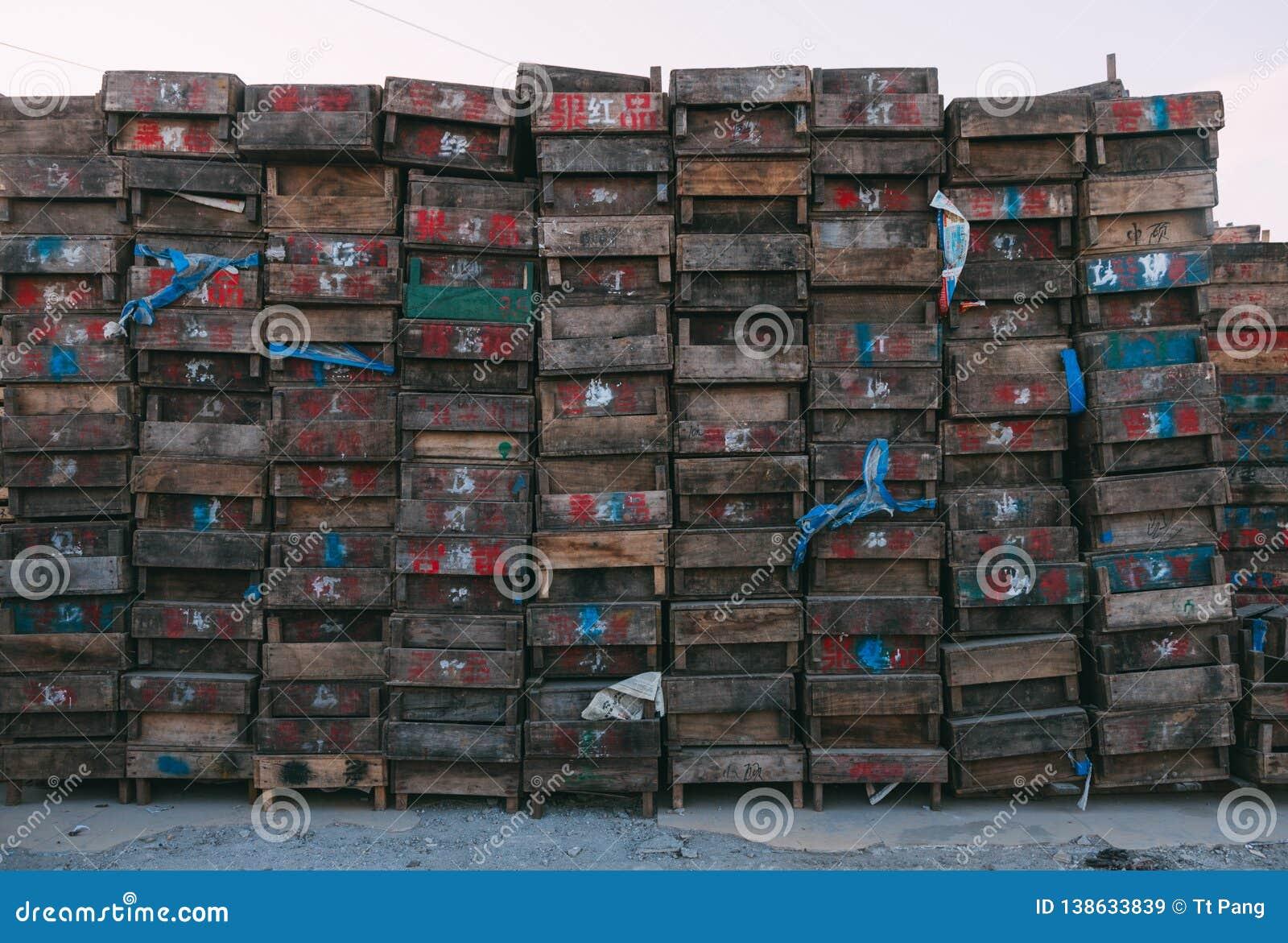 Peking, China - 21 Dec, 2014: kleurrijke massieve kratten gestapeld op houten pallets in een markt II
