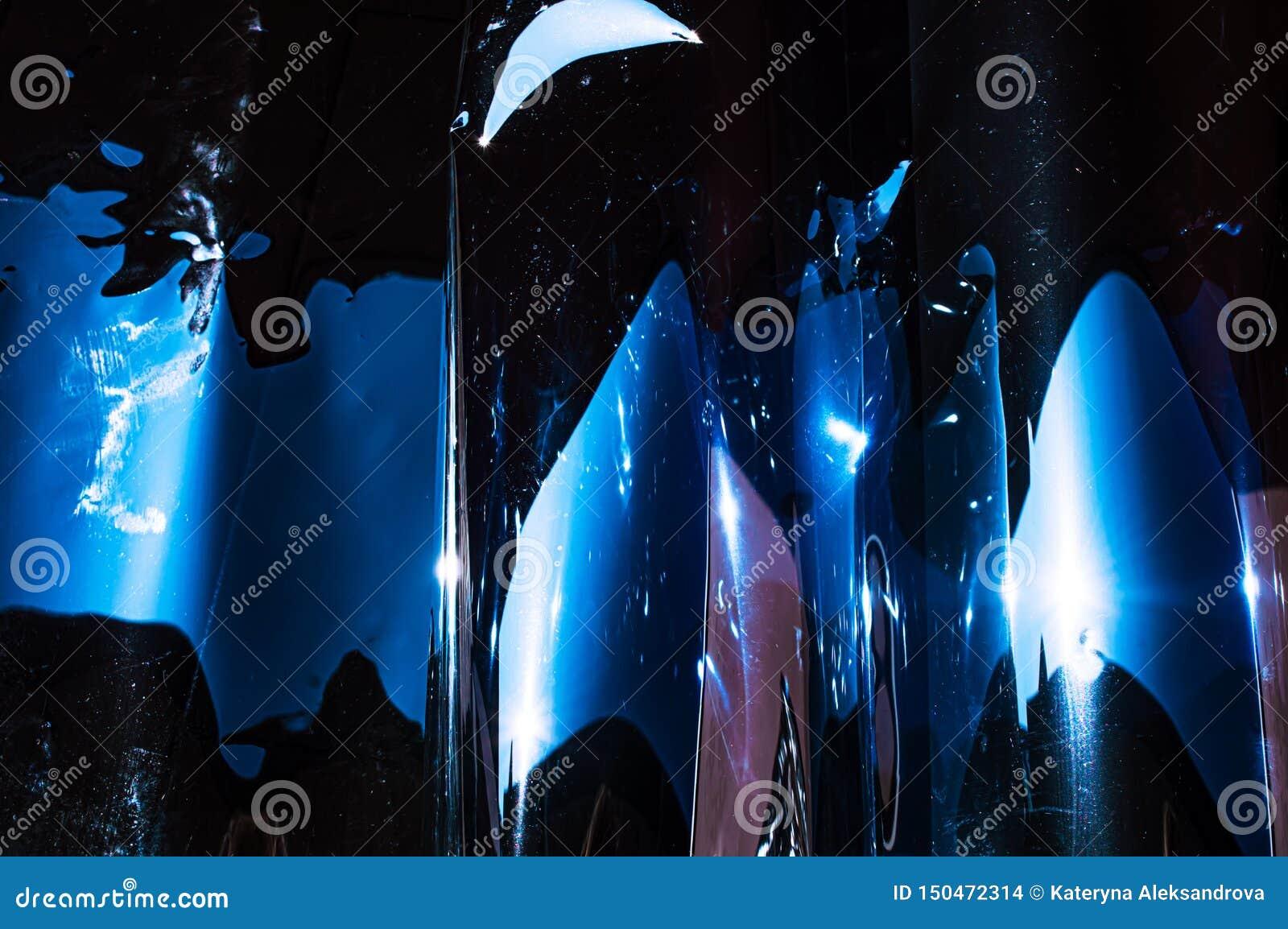 Película arrugada plástica olográfica con reflejos de luz del sol del contraste Tonos azules con las sombras negras oscuras
