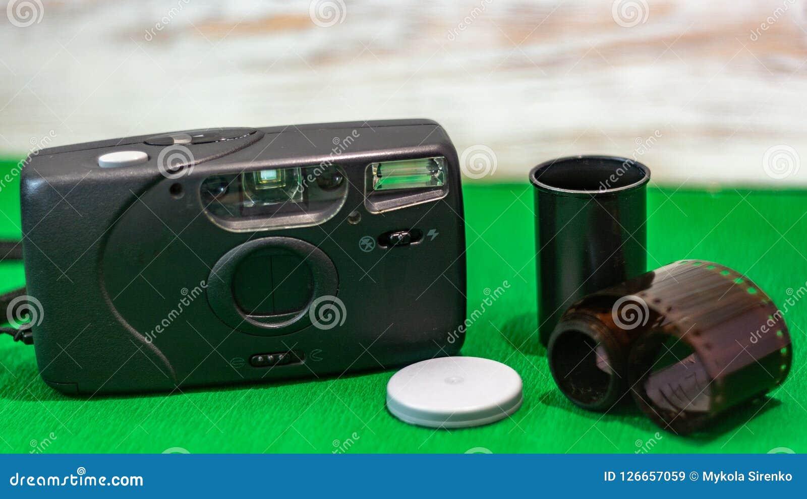 Película vieja de la cámara de la película en un fondo verde