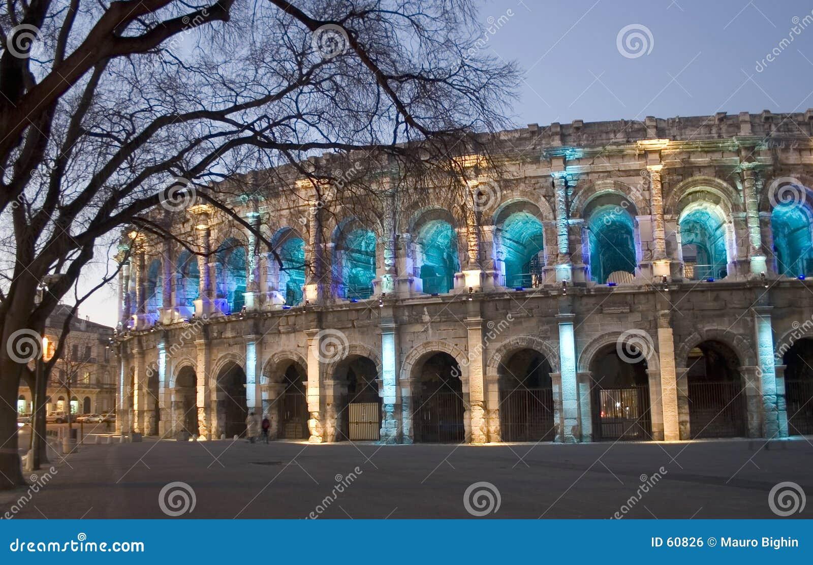 Pela arena romana de NÃimes da noite (Nimes), France, Europa