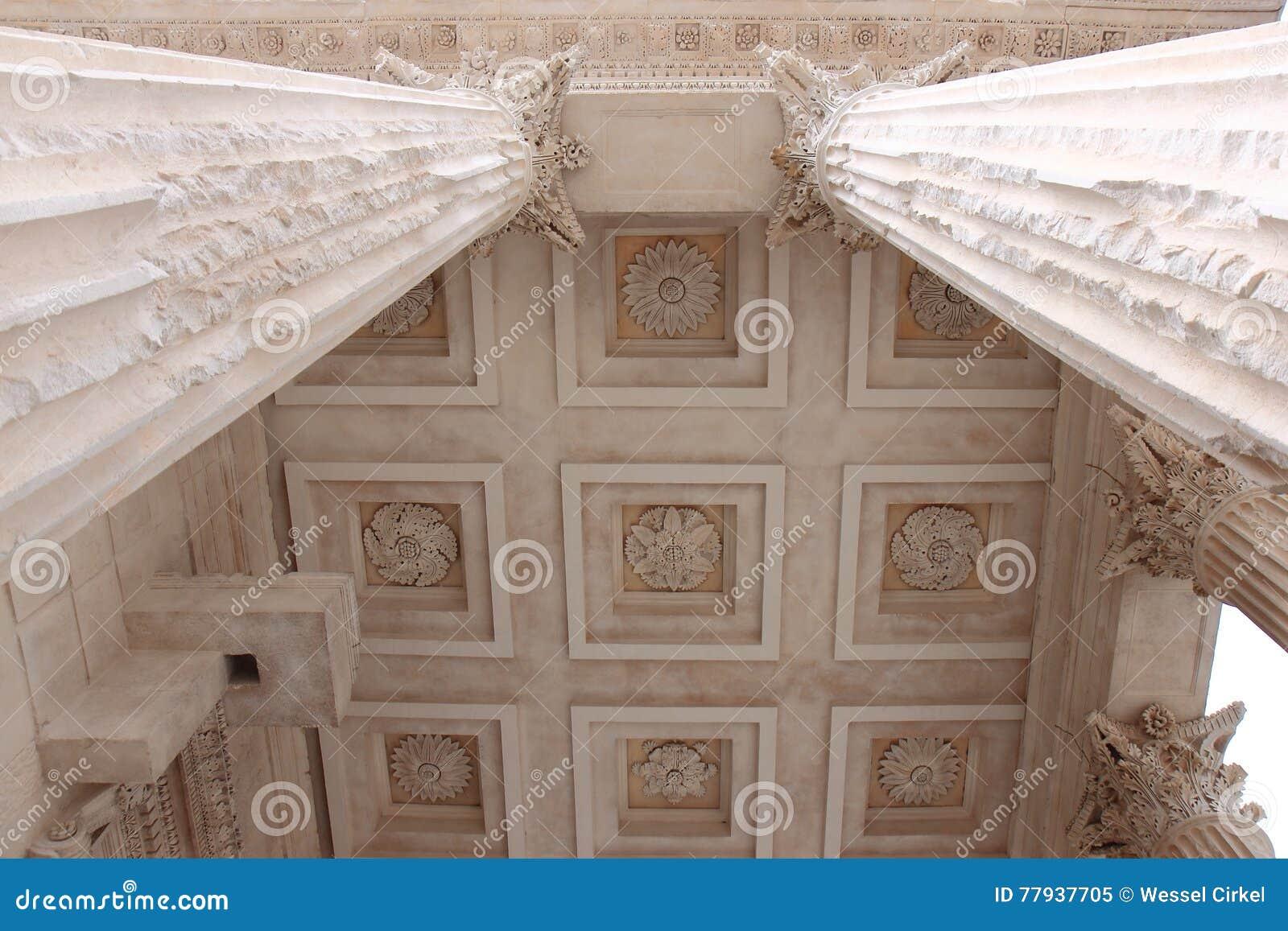 Pelare av Roman Temple Maison Carrée, franska Nimes