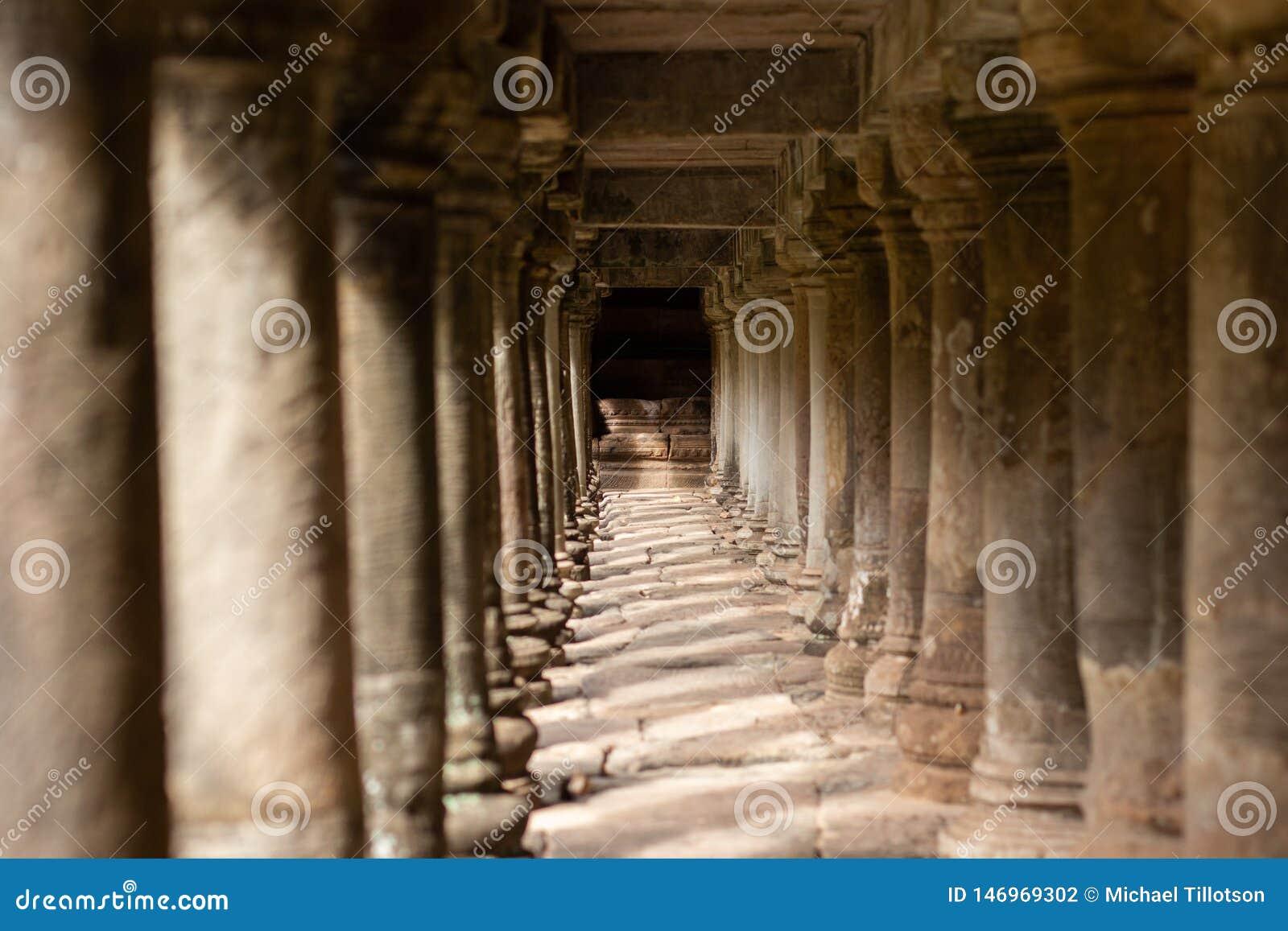 Pelare för forntida tempel under en gångbana i Angkor Thom, Cambodja