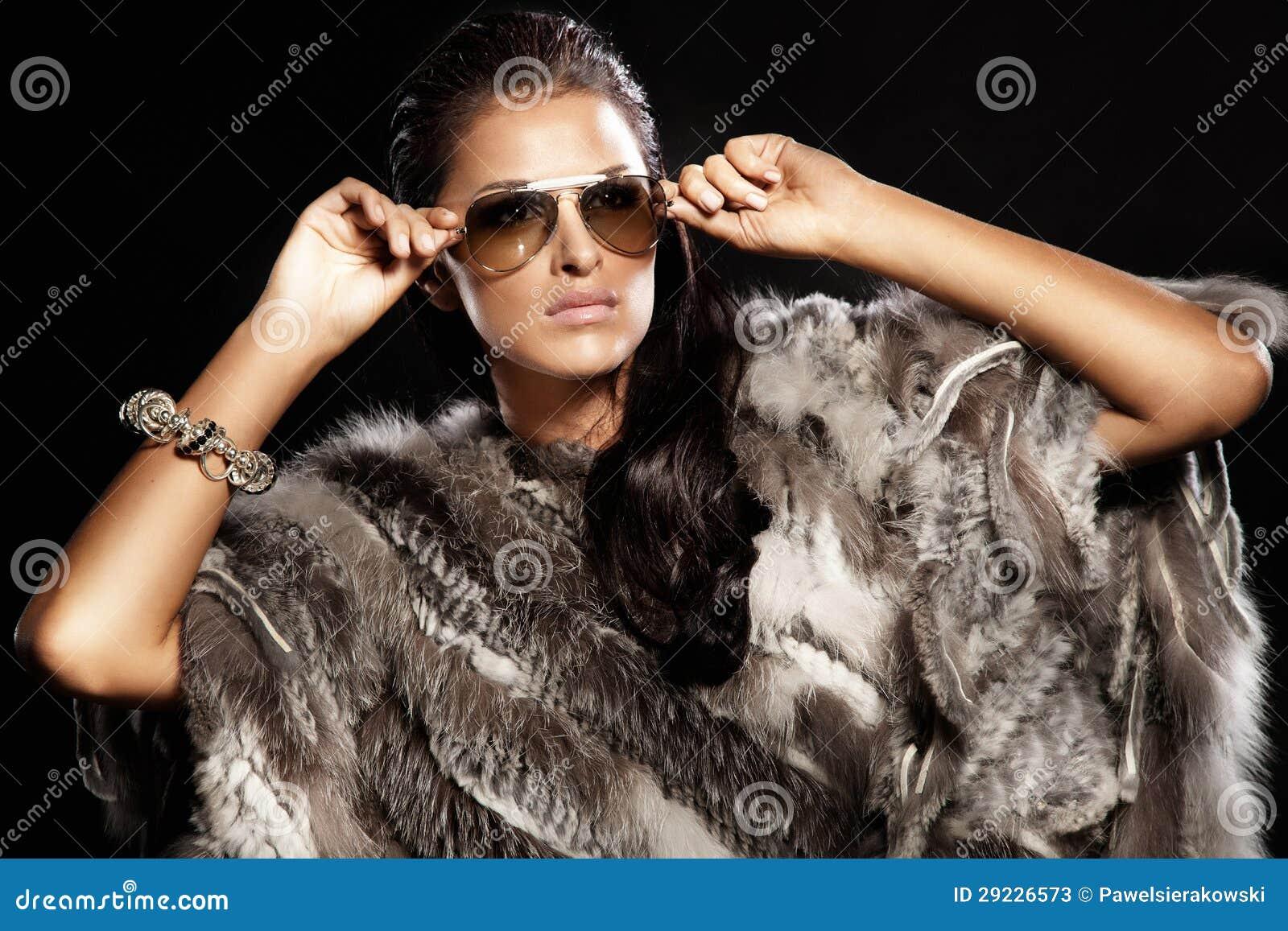 Download Pele Vestindo E óculos De Sol Da Senhora Triguenha Bonita. Imagem de Stock - Imagem de olhar, menina: 29226573