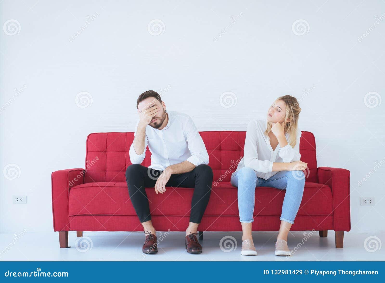 Pelea del hombre con el conflicto y los pares que agujerean en la sala de estar, emociones negativas de la mujer