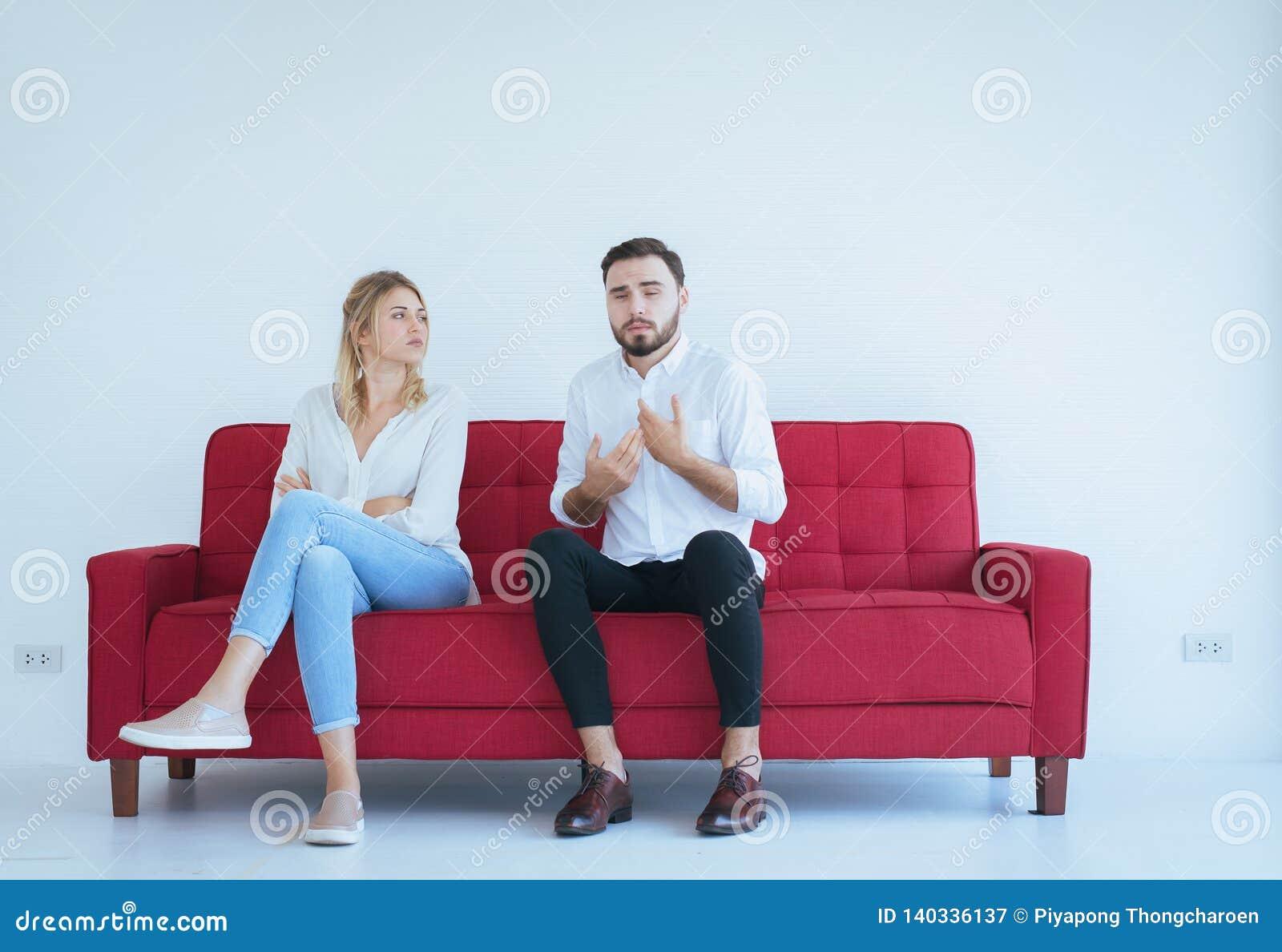 Pelea del marido con el conflicto y los pares que agujerean en la sala de estar, emociones negativas de la esposa