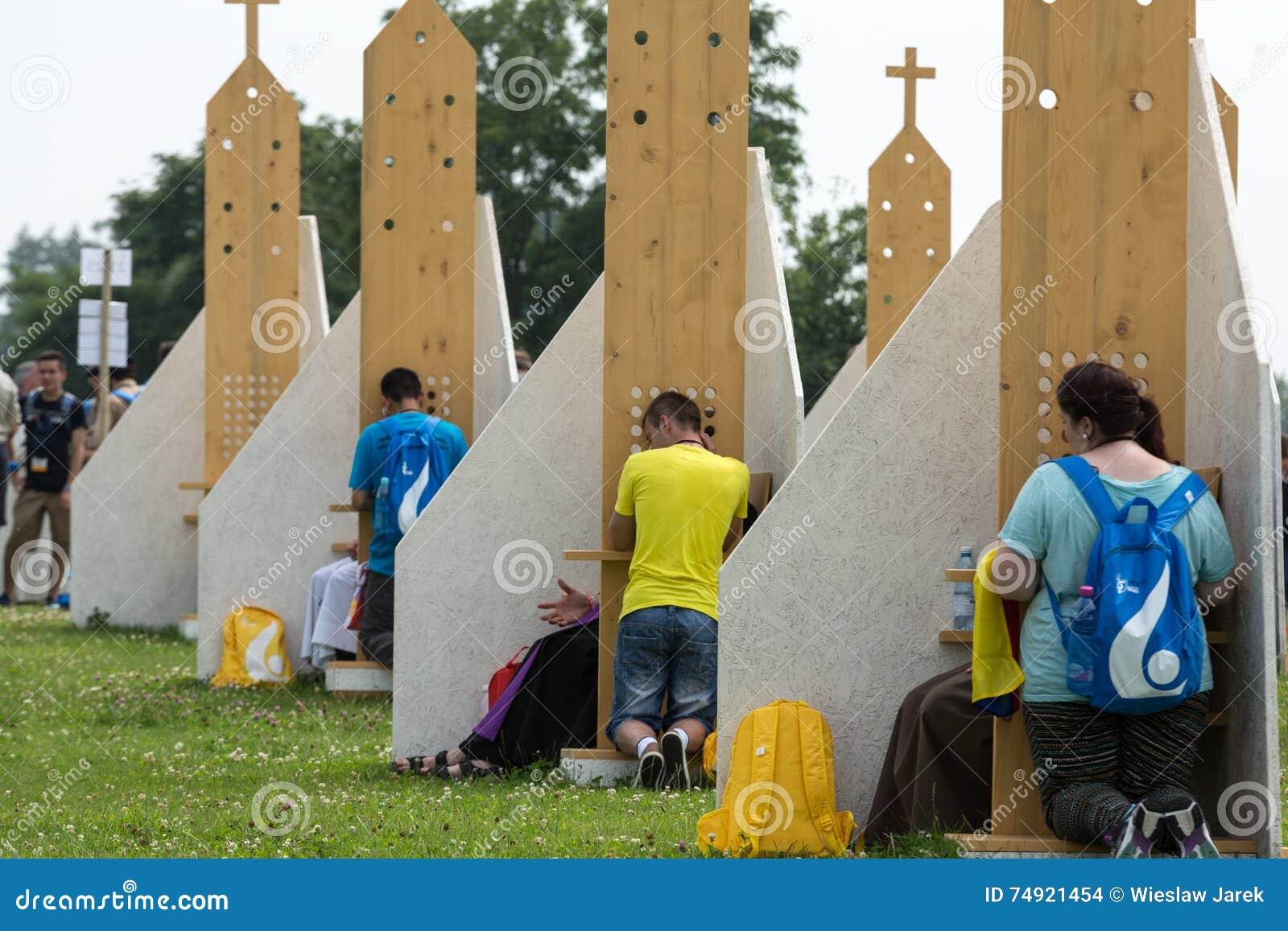 Pelgrims in Streek van Verzoening bij Heiligdom van Goddelijke Genade in Lagiewniki