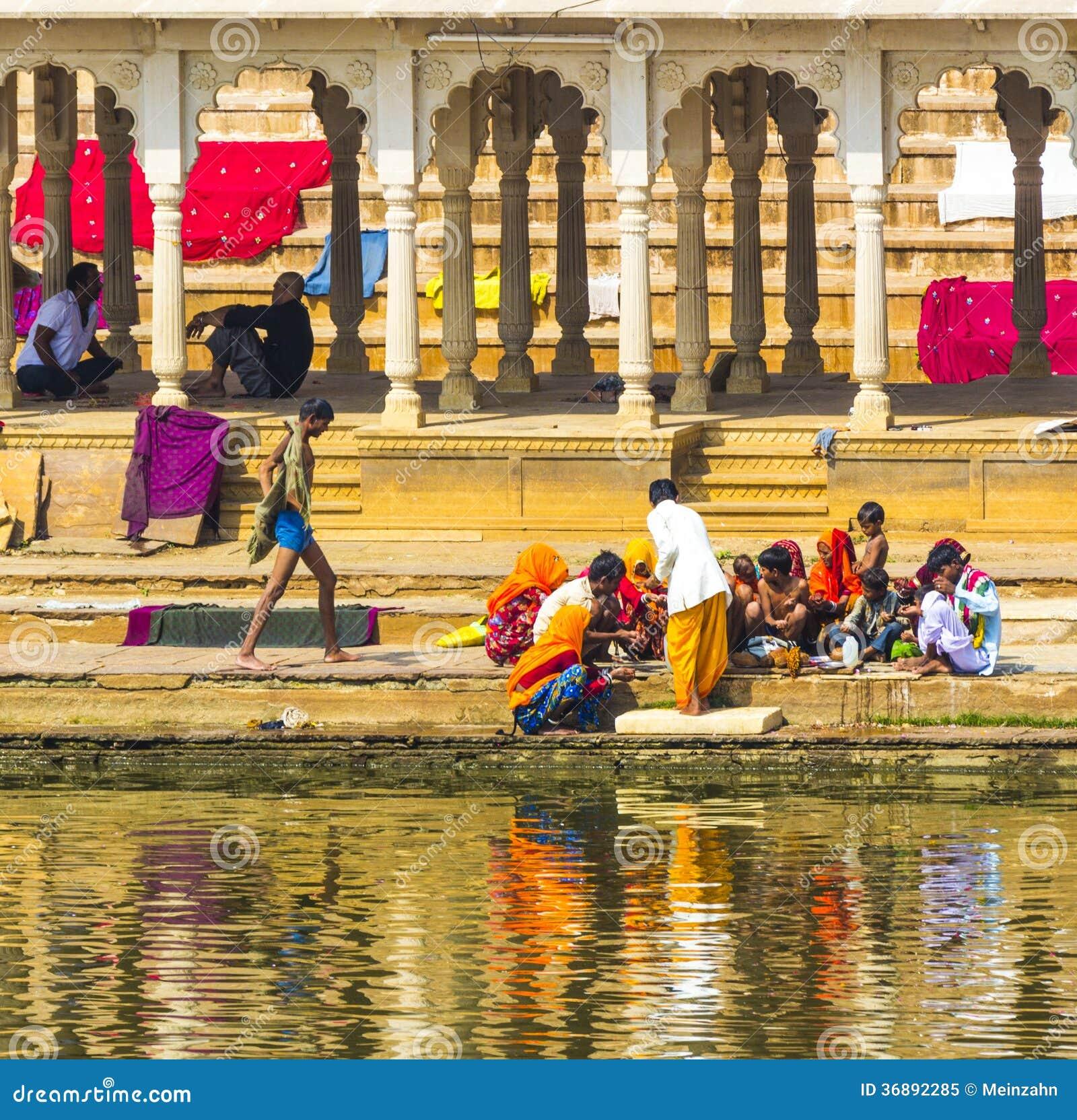 Download Pellegrini Ad Un Ghat Di Bagno Nel Lago Santo Pushkar Immagine Editoriale - Immagine di vestiti, sadhu: 36892285