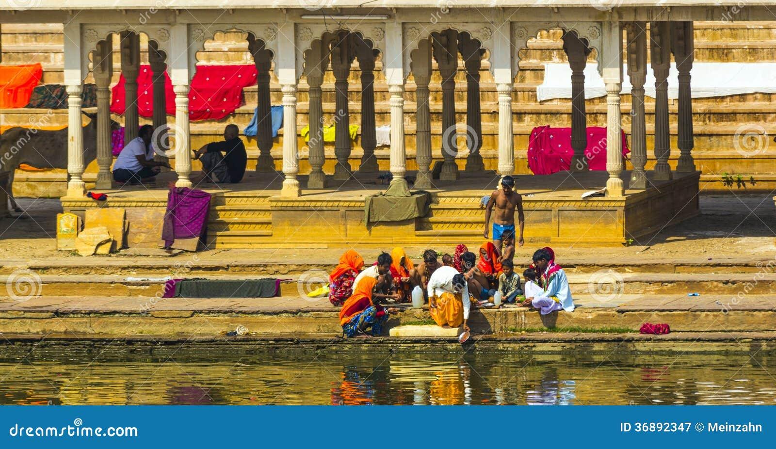 Download Pellegrini Ad Un Ghat Di Bagno Nel Lago Santo Pushkar Fotografia Editoriale - Immagine di sacred, coltura: 36892347