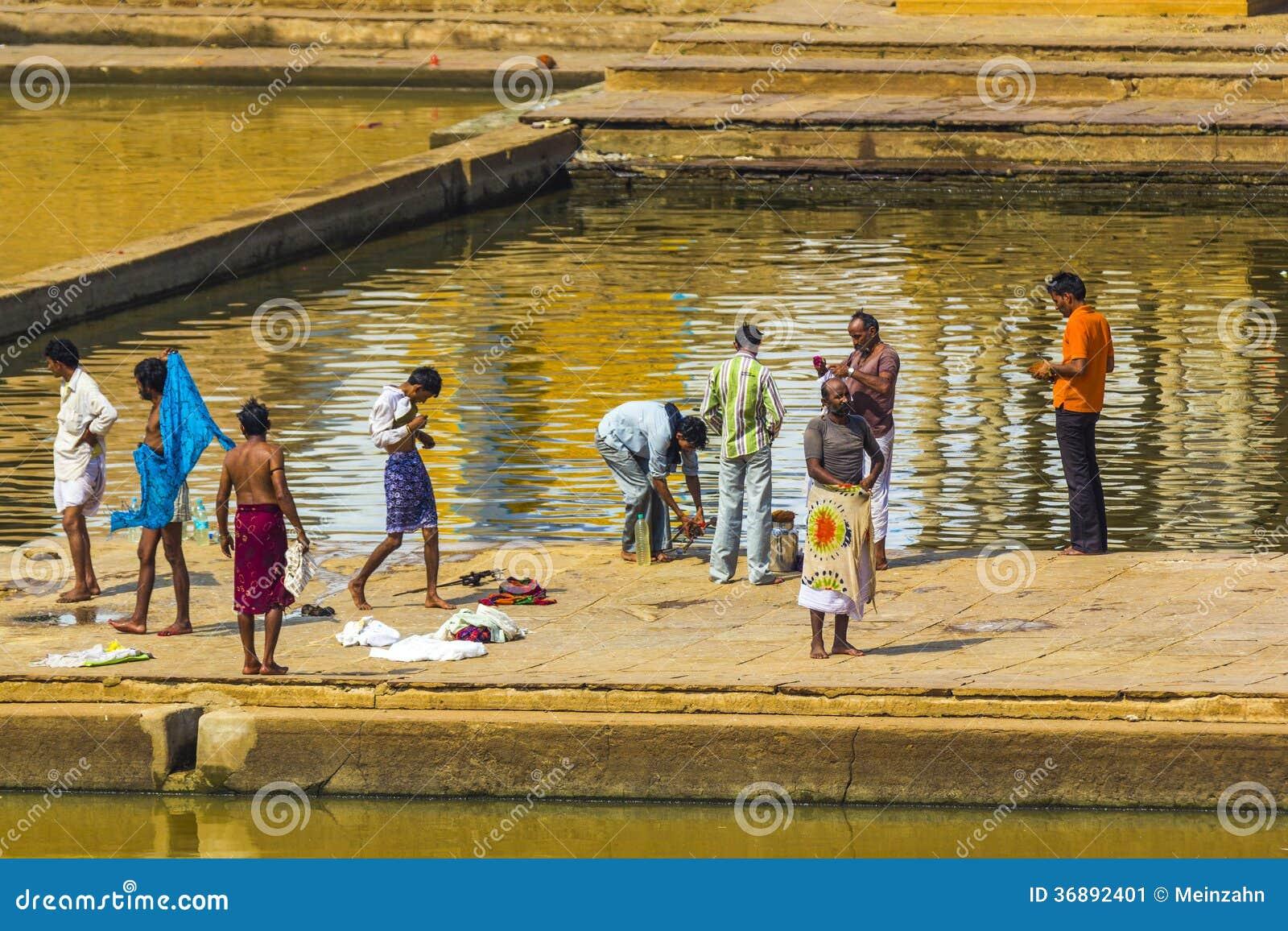 Download Pellegrini Ad Un Ghat Di Bagno Nel Lago Santo Pushkar Fotografia Editoriale - Immagine di people, coltura: 36892401