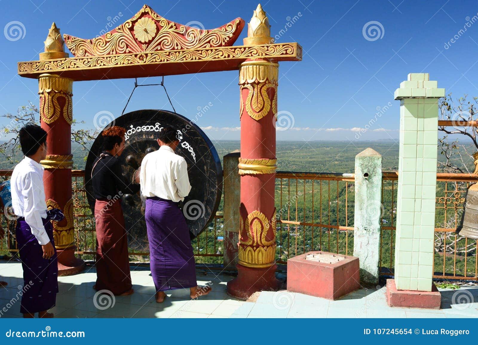 Pellegrini vicino al gong Monastero di Taung Kalat Supporto Popa Regione di Mandalay myanmar