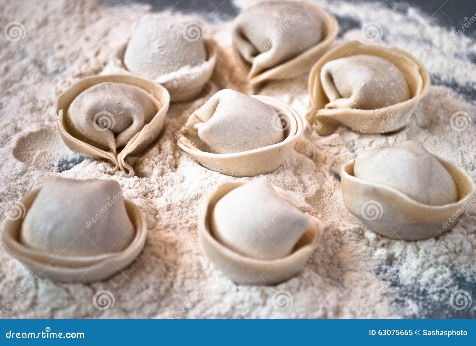 Download Pelmeni Fait Maison Sur Une Table Image stock - Image du fond, pâtisserie: 63075665
