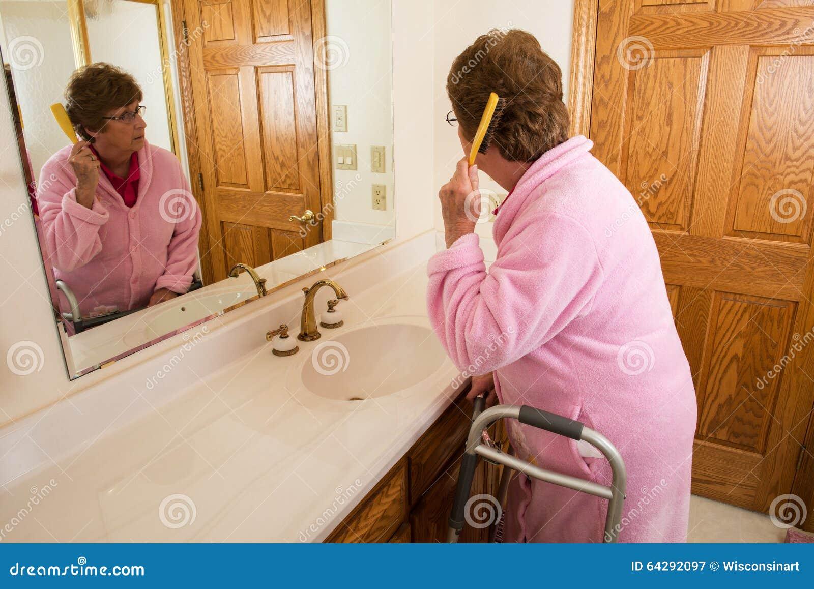 Pelo de cepillado de la mujer mayor mayor