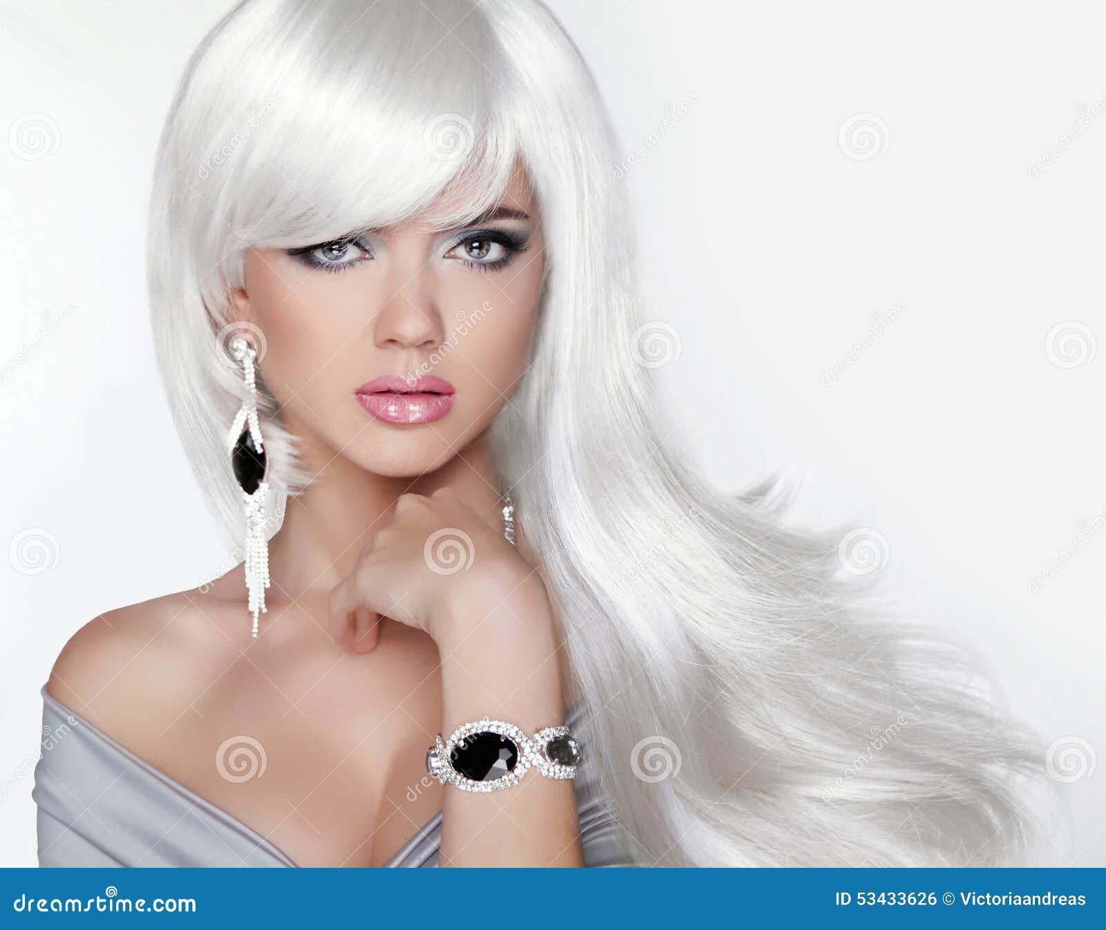 pelo largo muchacha rubia de la moda con el peinado ondulado blanco expensi foto de archivo