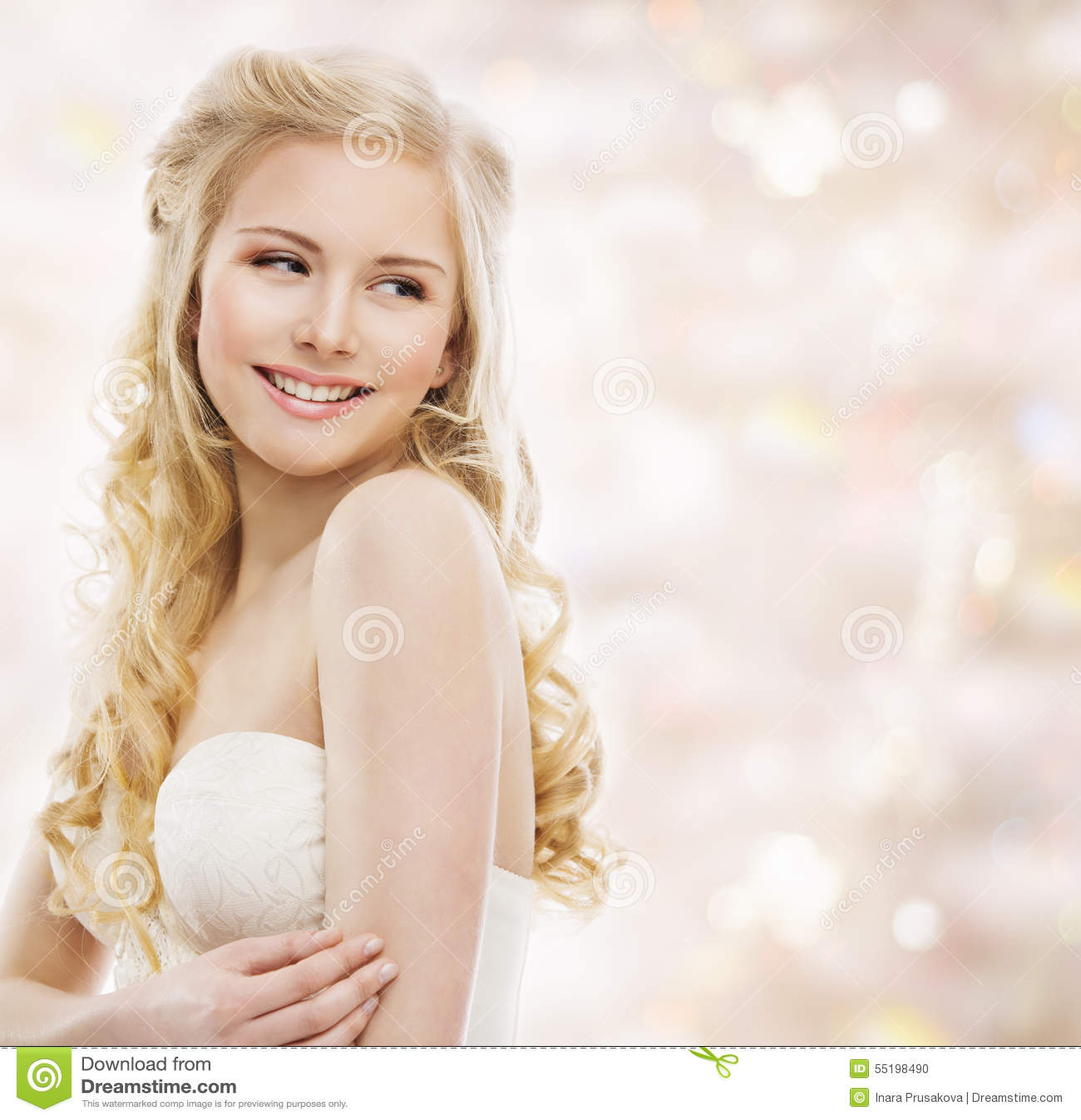 Pelo largo rubio de la mujer, modelo de moda Portrait, muchacha sonriente