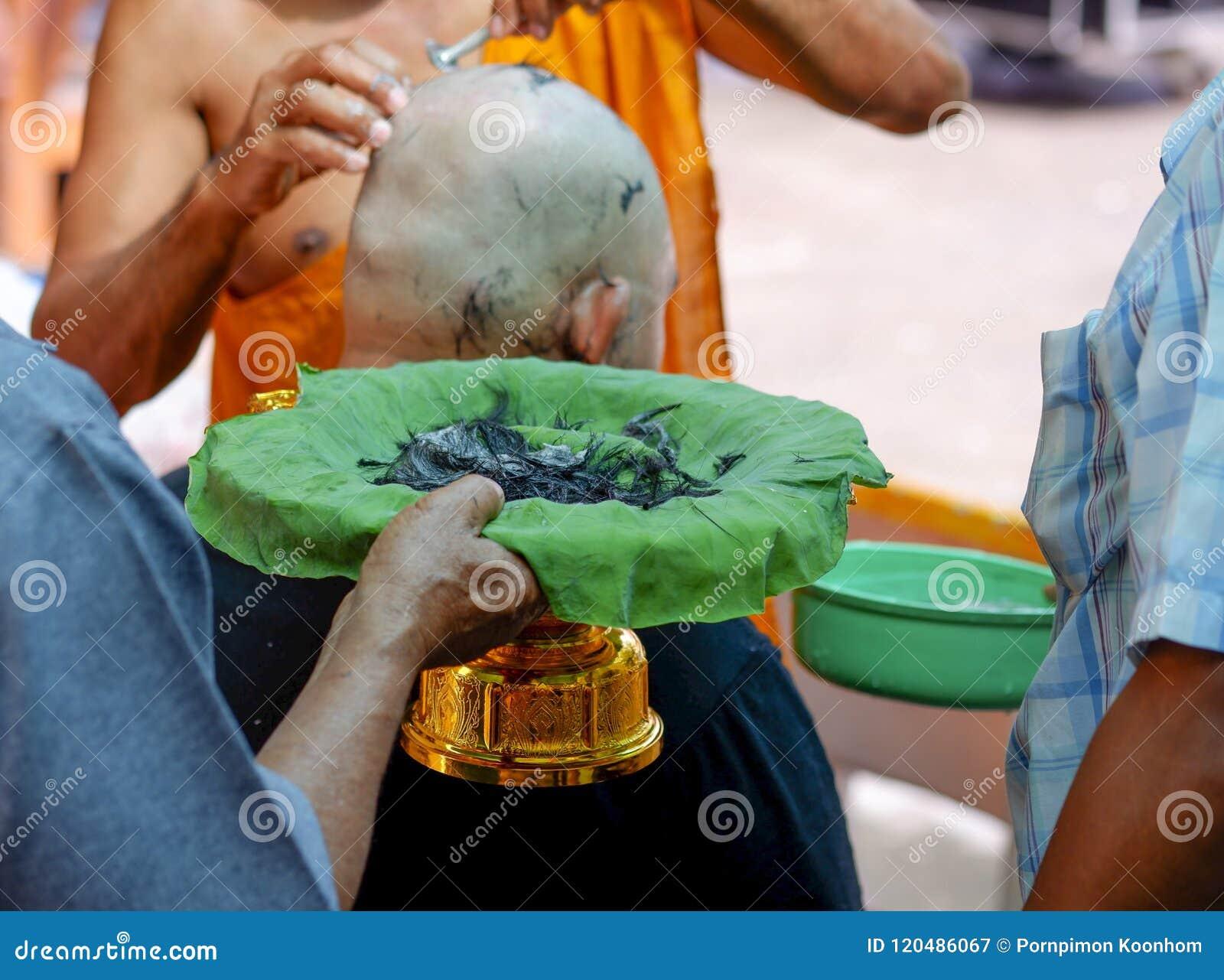 Pelo que afeita antes de la ordenación en la ceremonia de la ordenación