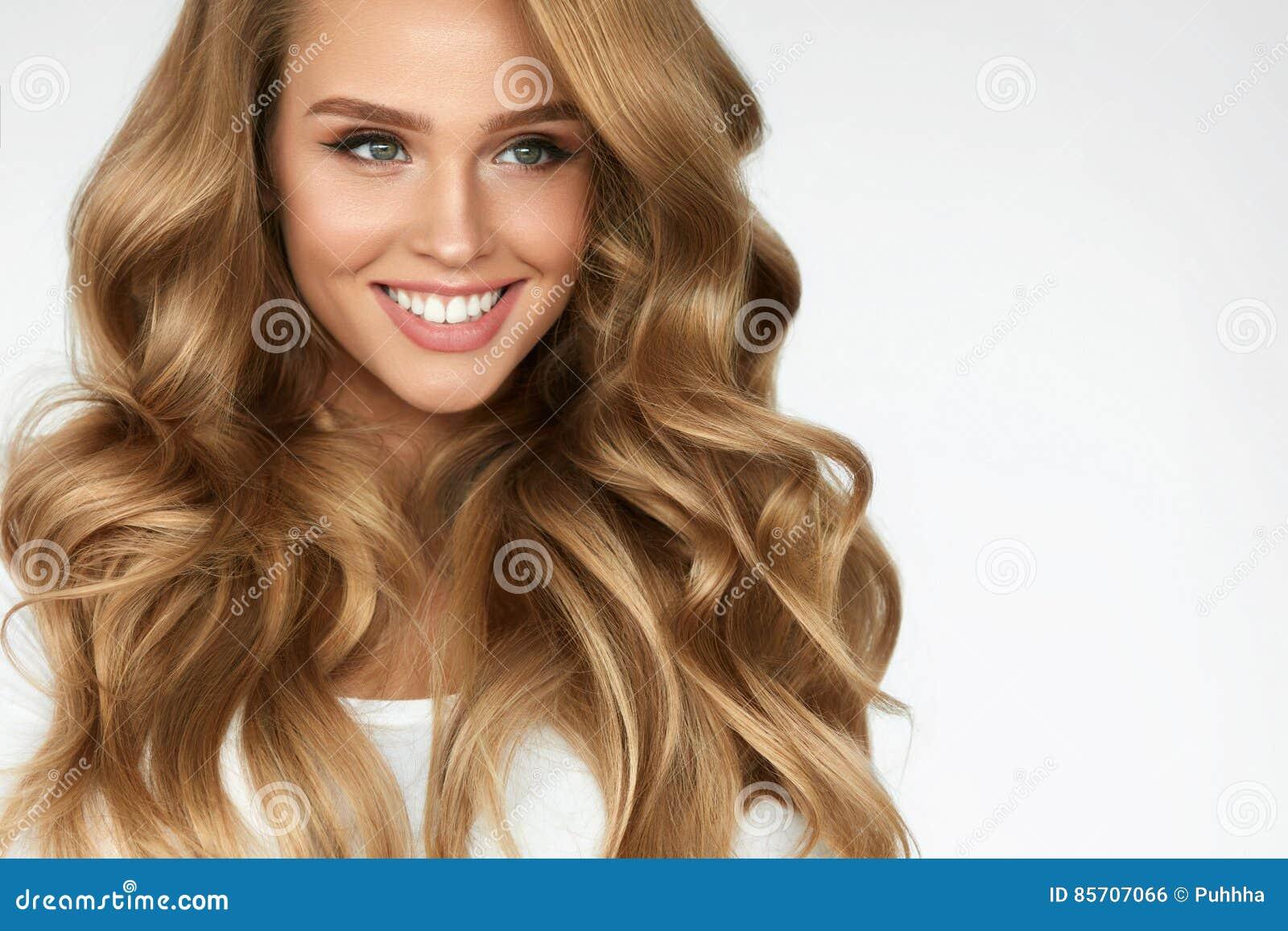 Pelo rizado hermoso Muchacha con el retrato largo ondulado del pelo volumen