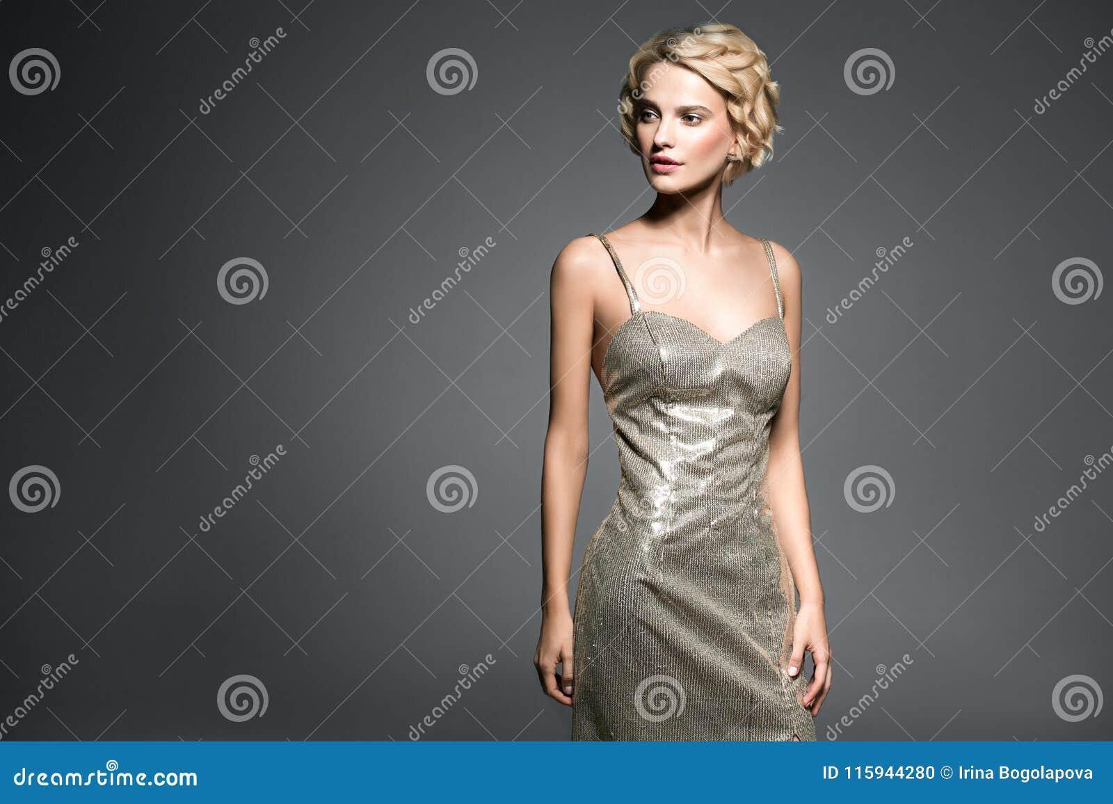 Pelo Rubio Corto De La Mujer Hermosa Elegante En Galán Del