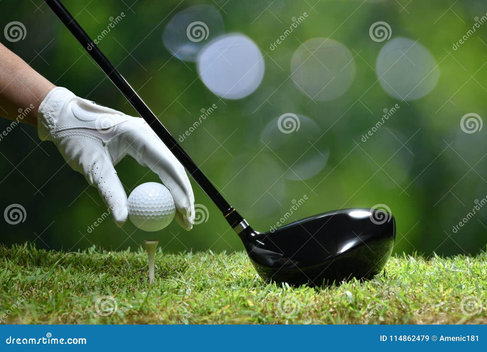 Pelota de golf del control de la mano con la camiseta