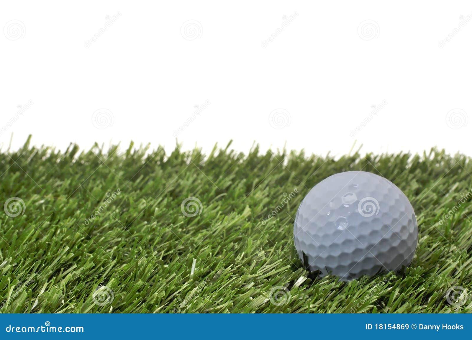 Pelota de golf en hierba con el fondo blanco