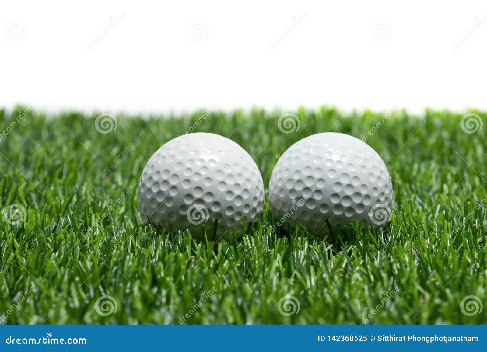 Pelota de golf en hierba en el fondo blanco